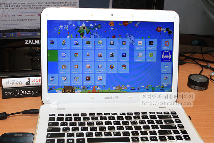 구형노트북, X430-PA43, X430, 윈도우7 윈도우8 부팅 속도, IT, 윈도우8 윈도우7 비교, 속도, Intel SSD 320 Series, 인텔 SSD, 노트북 SSD,윈도우8 윈도우7 부팅 속도 비교를 해보려고 합니다. 테스트 했던 노트북은 삼성 X430-PA43 노트북 입니다. i3 프로세서가 사용되었고 하드디스크가 탑제된 뭐 지금은 중고로는 저렴하게 구매가능한 그런 노트북인데요. 윈도우8 윈도우7 부팅 속도 비교는 뭐 무조건 윈도우8이 부팅속도는 빠릅니다. 이건 제가 윈도우8 장점에도 언급을 했던 내용이긴 한데요. 삼성 X430노트북은 처음 샀을 때는 좀 쓸만했는데 점점 빠른 노트북이 나오면서 쓰기 느리다는 느낌이 들었습니다. 그래서 윈도우8을 설치하기로 맘을 먹었죠.  참고로 X430 노트북에는 기본적으로 윈도우7이 설치되어있고 처음에 Intel SSD 320 Series 80GB를 설치해서 하드디스크를 쓰는것보다는 훨씬 성능이 올라간 상태이긴 했습니다. 다만 이렇게 SSD를 쓰더라도 뭔가 살짝 느린 느낌과 답답함이 있었죠. 파이어폭스를 아무래도 어쩔 수 없이 써야만하는데 이노트북에서 파이어폭스로 지메일을 써보면 회신을 할때 글자가 늦게 입력되거나 ㄱ ㅏ 나 이런식으로 글자가 떨어져서 입력되는등 느려서 일어나는 문제가 있었습니다. 크롬브라우저로 바꿔도 마찬가지고 답답하던차에 이 노트북에도 윈도우8을 설치하면 더 빨라질것이라는 생각으로 설치를 해봤습니다. 막상 설치해보니 부팅속도는 물론 전체적인 성능이 체감상 성능이 훨씬 좋아졌네요.