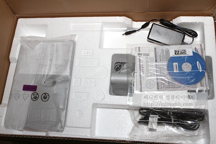삼성전자 싱크마스터 S27C750P, S27C750P 사용기, 리뷰, 후기, 광시야각, 광시야각, 화면, 선명도, 시야각, MVA, VA, TN, 삼성, 삼성모니터, 명암대비, IPS, 색온도, 감마, 모니터암, HDMI, 전력소모량, 틸트, 피벗, 피봇, 패널, AU, 삼성패널, 삼성전자 싱크마스터 S27C750P 사용기를 처음 올려봅니다. 아마 이 리뷰가 처음일듯한데요. 리뷰를 적기 위해서 일단 많이 써봤습니다. 이것으로 게임도 해보고 포토샵작업도해보고. 삼성전자 싱크마스터 S27C750P는 광시야각 패널이 사용 되었습니다. 광시야각 패널이 삼성제품중 생각보다 저렴하게 채용이 된 제품이죠. PLS패널이 가격이 더 떨어져서 40만원 또는 그 이하에서도 삼성메이커에서도 볼 수 있기를 바라지만, 아직은 시간이 걸리네요. 27인치 화면에서 광시야각 패널이 사용되고 가격이 내려온것만해도 다행으로 생각해야할지도 모르겠네요. 상위버전과의 가격차이가 심하게 나는터라 그래도 삼성 브랜드를 생각해본 사용자라면 이제품을 고려안해볼 수가 없습니다.  삼성전자 싱크마스터 S27C750P를 실제로 사용해보니 TN패널보다 확실히 위아래 시야각에서 우위에 있었습니다. 모니터를 놓고 동영상등을 감상할 때에는 큰 화면이 필요하게 됩니다. 보통 24인치를 예전에는 많이 선택했지만 요즘에는 27인치 이상을 선택하는 비중도 높아졌습니다. 화면이 커지면서 중요해진게 시야각인데요. 한사람이 위치를 옮기지 않더라도 보는 각도에 따라서 색이 다르게 보일 수 있어서 입니다. 그런데 이런 부분은 지금은 패널의 차이를 떠나서 대부분은 불편하지 않도록 해결이 된상태이긴 합니다. 최근에 나온 TN패널은 예전의 것과는 달라서 좌우시야각은 크게 불편하지 않을정도까지 올라와있는 상태입니다. 위에서 내려다 보는 시야각도 상당히 좋아졌는데요.  근데 문제는 모니터를 아래에서 위로 올려볼때의 이야기 입니다. 고정된 장소에 모니터가 위치하고 누워서 모니터를 봐야할 경우에는 보는각도가 밑에서 위로 모니터를 올려보게 되어있습니다. 이럴때 TN패널은 색이 다르게 보이는데요. 특정 색부분이 색이 검게 보이거나 얼룩이 보여서 재대로 보이지 않게 되죠. 이건 액정의 결정의 각도 때문인데요. 보통 모니터를 위에서 아래로 내려다 보기 때문에 그렇게 배열이 되어있어서 입니다. VA 패널은 시야각이 TN 패널보다는 좀 더 좋고 명암대비에서도 IPS 패널에 비해서 이득이 있는데요. 누워서도 보고 앉아서도 모니터를 봐야한다면 그리고 모니터 각도를 자주 바꾸기 불편하다면, 이 모니터가 괜찮을것입니다.  실제로 사용해보니 메뉴에서 감마와 색온도도 몇가지 설정이 가능했고, 완벽하게는 아니지만 어느정도는 셋팅이 가능했습니다. 게임을 하거나 포토샵으로 그래픽 작업을 할때에도 특별히 불폄함이 없었습니다. 화면 회전이 가능해 세로로 세워서 좀 더 긴 문서작업도 가능했구요. 특히 베젤이 얇아서 이런 모니터 2개를 놓고 보면 아무래도 작업효율이 더 좋을듯했습니다. 모니터 1개만 놓고 보더라도 크기는 좀 더 작아보이고 화면은 27인치로 큰 효과를 볼 수 있었습니다. 딱 한가지 아쉬운점이 있었는데 그건 VESA 마운트 홀이 없다는 점입니다. 모니터도 얇고 너무 좋은데 제가 쓰고 있는 모니터 암을 쓰지 못한다는게 너무 아쉽네요.