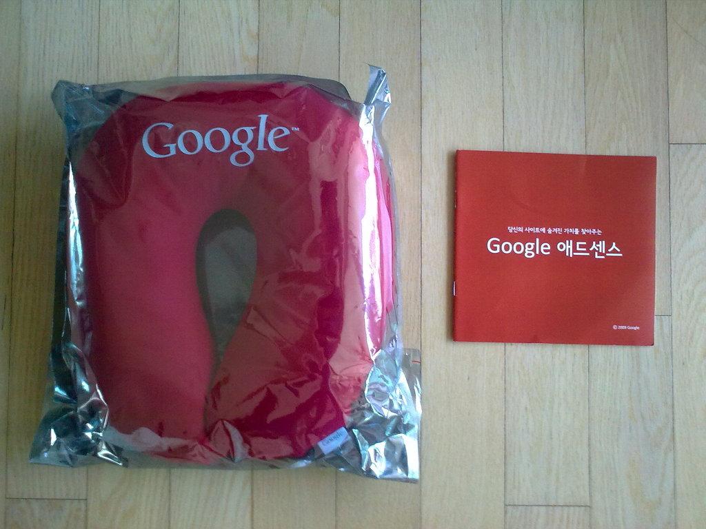 구글로부터 받은 기념품 내용물 by Ara