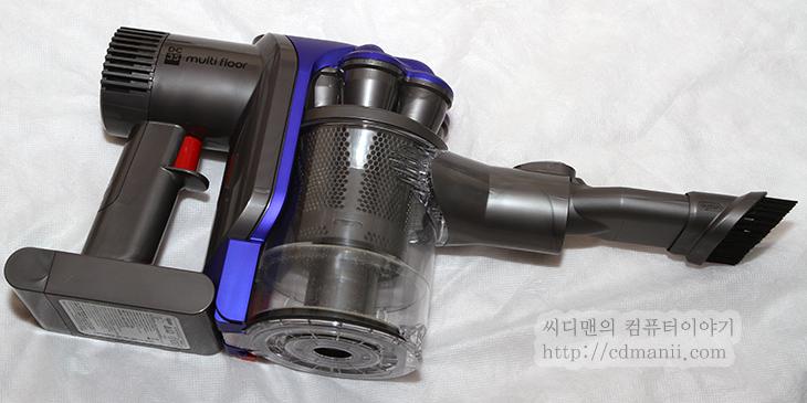 다이슨 DC35 사용기, 다이슨 DC35 후기, 다이슨 DC35, digital slim, 사용시간, 소음, 전력소모량, 다이슨 DC35 소음, 다이슨 DC35 사용시간, IT, 리뷰, 후기, 사용기, 제품, 청소기, 악세서리, 청소기 소음, 다이슨, dyson,한손으로 쉽게 사용이 가능한 다이슨 DC35 청소기를 사용해 봤습니다. 이번 후기에서는 이 청소기를 사용해보고 느낀점을 자세히 적어볼텐데요. 궁금해하실만한 다이슨 DC35의 흡입력, 그리고 실제 사용시간은 어느정도 되는지 그리고 소음과 전력소모량을 알아보도록 하겠습니다. 다이슨 DC35의 경우에는 전동드릴처럼 배터리팩이 청소기에 붙어있는 형태이기 때문에 선연결 없이 사용이 가능합니다. 차량 내부 청소나 방 청소등 비교적 짧은시간에 청소가 가능하며 좁은 장소에서도 청소가 가능 합니다. 그런데 이때 실제 청소기 사용시간이 제일 궁금할텐데요. 제가 이것을 실제로 정확히 테스트 하기 위해서 만충전후 청소기를 계속 켜놓은상태에서 시간을 실제로 측정해봤습니다. 그리고 다이슨 DC35는 MAX 버튼을 눌러서 풍량을 더 늘릴 수 있는데 맥스상태에서의 사용시간도 따로 측정을 했습니다. 그리고 청소기의 충전시간도 캠코더로 실제로 촬영을 해서 정확한 충전시간을 측정했습니다. 물론 한번만 측정한것이기 때문에 그리고 장치를 한개만 테스트한것이기 때문에 오차가 발생할 수 는 있으나, 그래도 궁금하신 분에게는 중요한 자료가 되리라고 생각합니다.
