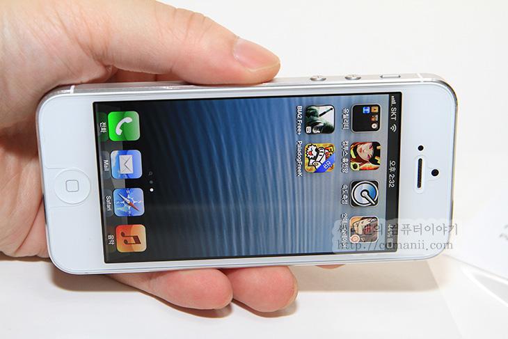 아이폰5 보호필름, 아이폰5 벨킨, 벨킨 아이폰5, 벨킨, belkin, 데미지 컨트롤 스크린 프로텍터, 사용기, 후기, 리뷰, 아이폰5, 아이폰4, 1장, 구성품, IT, 사진, 스마트폰, 복원, 화면, 스크레치,아이폰5 보호필름 벨킨 데미지 컨트롤 스크린 프로텍터를 사용해 봤습니다. 이제 이름이 점점 길어지네요. 스마트폰을 사용하다보면 보호필름의 스크레치가 걱정이 될텐데요. 아이폰5 보호필름인 벨킨 데미지 컨트롤 스크린 프로텍터 이름에서 알 수 있듯 이 제품은 3중겹으로 자가 복원 소재를 사용해서 어느정도 눌린자국은 복원해 주는 기능이 있습니다. 상대적으로 스크레치도 더 적게 나게 되는 것이죠. 실제로 좀 긁어봤는데 자국이 안생기더군요. 그리고 투명도가 높은 보호필름이기 때문에 투명타입을 좋아하는 분에게도 어울리는 제품입니다. 다만 아쉬운점이 약간 있었는데 홈버튼 부분 아래쪽이 열려 있습니다. 이건 사진으로 자세히 설명 드릴께요. 그럼 살펴보죠.