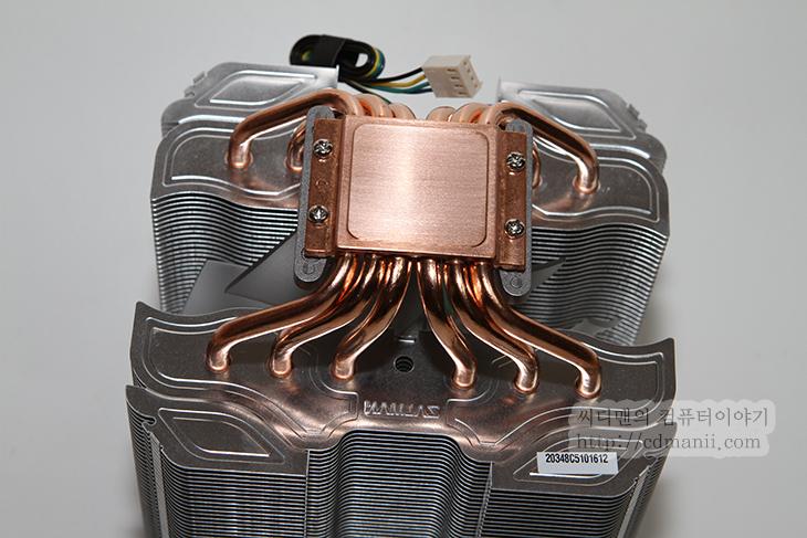 잘만 CNPS14X, CPU 쿨러 소음, CNPS14X 소음, 줄이기, 벤치마크, 성능, CNPS, ZALMAN, 팬 성능, 팬 소음, IT, 리뷰, 후기, 잘만 CNPS14X CPU 쿨러 소음을 측정해보니 조금 높게 측정이 되더군요. PWM 방식의 팬을 사용하는데 팬이 좀 생각보다 RPM이 높았습니다. 풍량은 높아서 주변부 쿨링도 잘되고 좋았으나 잘만 CNPS14X CPU 쿨러를 구매시 저소음 쿨러라는 명성때문에 구매하는게 보통일텐데 소음이 커서 좀 고민하시는분이 있을듯합니다. 참고로 PWM 방식의 전원단자를 일반 3핀에 연결 후 팬속도를 조절하거나 저항선이나 팬메이트를 활용하는 방법 또는 팬컨트롤러를 활용하는 방법으로 팬속도를 강제로 제어는 가능 합니다. 소음에 대해서는 분명 개인차가 있을 듯 한데요. 다만 최근의 컴퓨터 부품들이 너무 조용해지고 있는 추세이기 때문에 팬이 조금만 빨리 돌아도 금방 느껴지게 됩니다. 물론 해결할 수 있는 방법이 있습니다. CNPS14X 팬전원을 3핀에 연결 후 속도를 강제로 낮추거나 팬메이트를 쓰거나 저항선을 쓰거나 또는 팬컨트롤러를 써서 속도를 직접 제어하는 방법이 있습니다. 소음에 민감하지 않은 분들은 아마도 PWM 방식을 쓸듯하고 그렇지 않은 분들은 아마도 직접 팬속도를 제어해서 쓰시는분들이 있을것이라고 생각합니다.  이번시간에는 잘만 CNPS14X를 조립 및 설치하는 방법을 배워보고 팬속도를 보다 줄여서 극저소음으로 사용하는 방법을 배워보도록 하겠습니다.