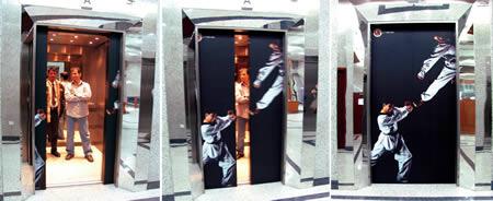 어느 태권도 도장 입구 엘리베이터