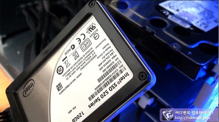 아이비브릿지 견적, 샌디브릿지 견적, 고급사양 추천, 컴퓨터 부품 추천, 부품 추천, 컴퓨터 조립, CPU, 인텔 i7-3770 또는 i7-3770K, 메인보드, ASUS SABERTOOTH Z77, 램, G.SKILL DDR3 16G PC3-19200 CL11 RIPJAWS ZHD (4Gx4) 티뮤정품, 그래픽카드 :, ASUS 지포스 GTX670 ENGTX670 TOP D5 2GB DCII, EVGA 지포스 GTX560 Ti DS SuperClocked D5 1GB, 사운드카드, AuzenTech AUZEN X-FI HOMETHEATER HD, SSD :, 삼성 830 Series 128GB 또는 256GB, 인텔 520 Series 120GB 또는 240GB, 하드디스크, WD 3TB Caviar Green WD30EZRX (SATA3/5400/64M), 파워서플라이, CORSAIR PROFESSIONAL SERIES AX850 Gold, 케이스, 리안리 PC-K9WX, 마우스, 로지텍 무선 게이밍 마우스 G700, 키보드, 제닉스 TESORO M7 LED SE, 모니터, 삼성전자 싱크마스터 S27B970, CPU 쿨러, 써모랩 바람 2010, 그래픽카드 쿨러, 아틱 트윈 터보 II,아이비브릿지 견적 고급사양 추천 견적  디아블로3가 나오고 새로운 게임들이 나오면서 새로운 시스템으로 맞추는 분들이 많은데요. 최근에도 저에게 아이비브릿지 견적을 맞춰달라는 주문이 많아서 이번에 제가 조금 고급사양으로 추천 견적을 맞춰 보려고 합니다. 시스템을 맞춰놓은 표를 견적이라고 보통 부르지만 이것은 정말 여러가지 내용으로 나올 수 있습니다. 제가 이번에 맞춰볼 아이비브릿지 견적은 고사양 견적 입니다. 가격대비 성능이 별로다라는 이야기는 하지 마시기 바랍니다. 실제로 견적을 볼 때 사용자마다 여러가지 조건을 두고 판단을 하는데요. 무조건 가격을 낮게 맞추는 분들도 있고 가격대비 성능을 높게 한다고 다른것은 다 제쳐두고 성능만 보는 경우도 있고 또는 가격은 약간은 뒤에 두고 성능이 좋고 안정성이 높은 부품만 고르는 분들도 있습니다.  제 경우에도 물론 여유만 된다면 초고사양으로 만들고 싶지만, 성능도 좋고 안정성도 좋은쪽으로 맞춰서 쓰다보니 아무래도 좋은 부품들에 관심이 많네요. 제가 이미 쓰고 있는 부품들 그리고 제가 생각할 때 좋은 부품들 기준으로 한번 살펴보죠.
