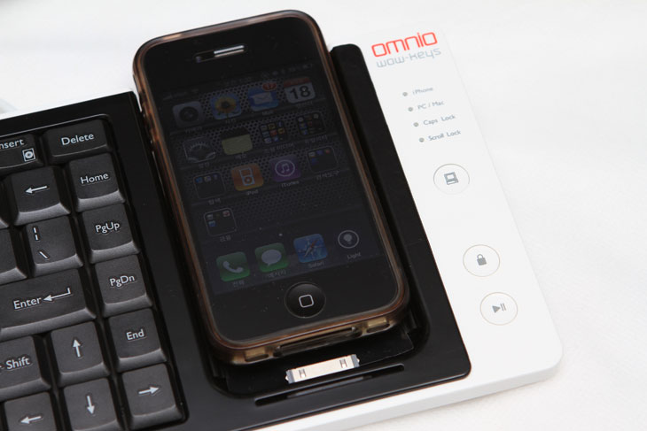 와우키스 키보드, 블루투스키보드, 블루투스, 배터리팩, Wow Keys, omnio, wow-keys, 맥, 노트북, 데스크탑, 아이폰4, 아이폰3, 아이팟터치,와우키스 키보드는 데스크탑과 아이폰 키보드를 같이 쓸 수 있게 해주는 키보드 입니다. 아이폰은 아이폰대로 블루투스 키보드나 또는 기타 키보드를 연결하고 데스크탑은 또 데스크탑 키보드를 연결해서 쓰고 하면 2개의 장치를 써야하므로 번거로울 수 있죠. 와우키스 키보드는 단축키로 서로 신호를 바꿔서 아이폰과 데스크탑 또는 노트북, 맥용 까지 포함해서 모두 사용이 가능합니다. 무슨말인지 잘 이해가 안되는 분은 밑에 동영상을 먼저 보시기 바랍니다. 근데 몇가지 아쉬운 점도 있네요. 키보드의 키캡이 조금 약한 느낌이 있고 항상 충전이 되어서 이부분이 오히려 불편할 수 도 있습니다. 필요할 때만 충전을 또는 필요할 때만 싱크를 맞출 수 있도록 스위치가 있었으면 더 좋았을거같다는 생각이 드네요. 그리고 아이폰4 를 연결 할 경우 기존에 쓰던 커버는 벗겨내야 합니다. 커버를 씌운 채로 끼우면 커넥터가 고장날 수 도 있습니다. 참고하세요.