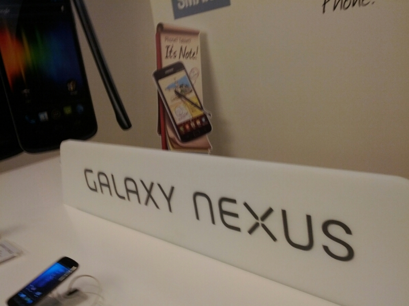 갤럭시 넥서스 제로 셔터렉, 갤럭시 넥서스, Galaxy Nexus, camera, 카메라, 셔터렉, 셔터랙, 셔터, 렉, 시간, 딜레이, 갤럭시 넥서스 딜레이, 갤럭시 넥서스 렉, 갤럭시 넥서스 랙, IT, 제품, 사진, 사진 샘플, 리사이즈, 원본, 안드로이드 4.0, 안드로이드 허니콤, 안드로이드 아이스크림, 아이스크림, 삼성, samsung,갤럭시 넥서스 제로 셔터렉을 직접 보여드리고 카메라 샘플도 보여드리는 시간을 갖도록 하겠습니다. 미디어데이에 가서 사실 갤럭시 노트는 이미 만져봤기에 제일 먼저 이걸 만져보기도 했는데요. 한손에 딱 들어오고 반응속도도 빨라서 오 괜찮네 라고 생각했던 스마트폰 입니다. 안드로이드 4.0 아이스크림이 탑제되어서 작은 태블릿을 보는듯한 느낌 마저 들었는데요. 카메라를 실행 시키고 촬영 버튼을 눌러보면 거의 바로 바로 촬영이 됩니다. 3연사까지는 어떤 상황이든 바로 촬영이 되고 연사 후에도 버튼을 누르면 거의 기다림 없이 바로 촬영이 됩니다. 애니메이션 효과가 없어서인지 사실 소리를 안들으면 촬영이 됬는지 안됬는지 구분이 안될정도로 빨리 찍힙니다. 게다가 포커스도 위치가 바뀔때마다 다시 잡고 찍히는데 그 시간이 상당히 짧습니다. 아래 갤럭시 넥서스 샘플 사진을 보시면 아시겠지만 심하게 흔들린 부분 외에는 대부분 포커스가 재대로 잡힌 것을 볼 수 있습니다.
