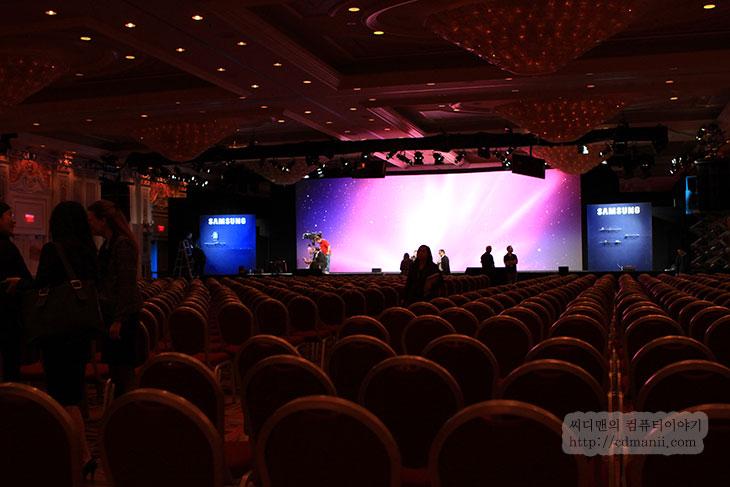 CES 2012, 삼성, 신제품, 기자, 컨퍼런스, 후기, 리뷰, 사용기, 제품, 모니터, 시리즈9, 시리즈5, 시리즈, series, SSD, 스마트티비, SmartTV, IT, 라스베거스, 라스베이거스, 블루로거, 갤럭시노트, 갤럭시 노트, WiFi, 와이파이,CES 2012를 참여하기 위해서 전날 도착해서 여정을 푼 뒤 아침이 밝았습니다. 새벽에는 무수히 많은 색색별로 다른 불빛으로 물들었다면 아침에는 뭔가 뭔가 추스리고 정리된듯한 느낌이 드네요. CES 2012에 첫날 일정인 삼성 프레스 컨퍼런스에 다녀온 뒤 후기 내용을 적어보려 합니다. 아침에 먼저 식사를 하고 난 뒤 바로 프레스 컨퍼런스장으로 이동을 했습니다. 오후에 일정이 있었지만 미리 참석해서 준비하는 모습도 살펴 볼 수 있었습니다. 물론 모두 다 들어가서 볼 수 있었던것은 아니고, 극히 일부만 그것이 가능 했습니다. 덕분에 리허설하는 모습등을 찍을 수 있었고, 1시간이 안되는 짧은 시간의 연설을 위해서 정말 많은 분들이 많은 노력을 하고 있다는것을 새삼 다시 느꼈습니다.