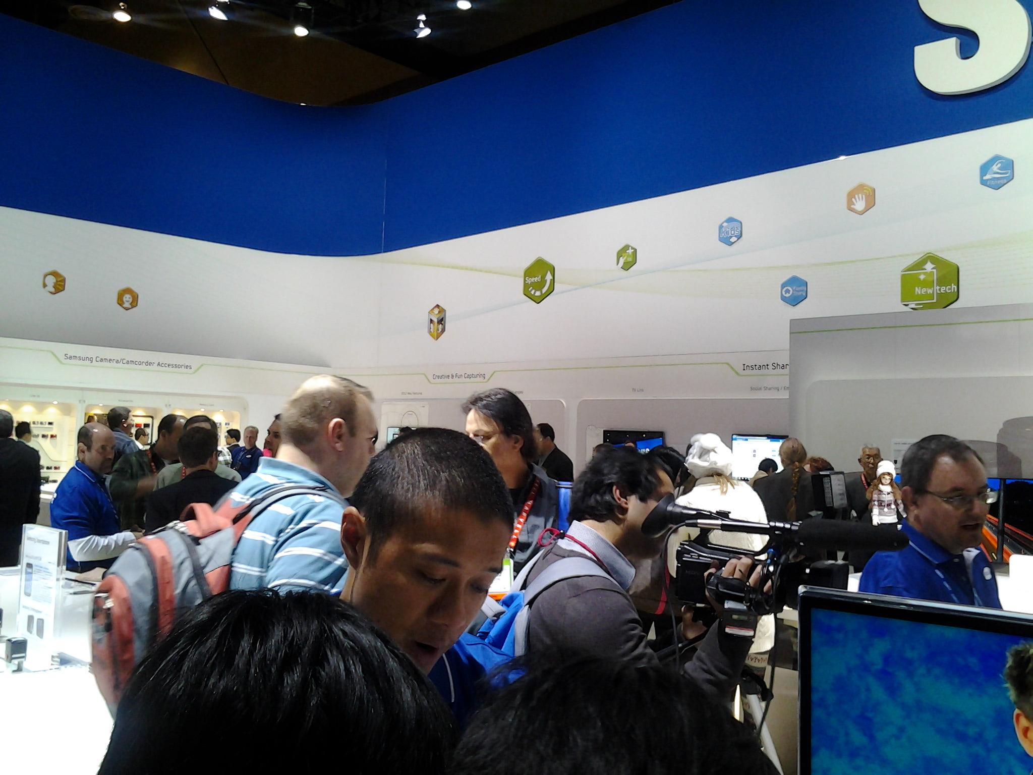 갤럭시탭 7.7, 갤럭시탭7.7, 갤럭시탭 7.7 LTE, Samsung, 삼성, 갤럭시, 갤럭시 탭, Galaxy Tab, Galaxy Tab 7.7, CES2012, CES 2012, IT, 제품, 리뷰, 사용기, 후기, 라스베거스, Las Vegas, 미국, 어메리칸, 아메리칸, 7.7인치, 7.7형, 1280x800, 1.4Ghz, 듀얼코어, 3메가픽셀, 1080p,갤럭시탭 7.7 사용을 미리 해 보고 스펙정보도 살펴 보았습니다. CES2012에 참석해서 은근 관심이 많았던 제품이기도 한데요. 근데 해외에는 갤럭시탭 보다 갤럭시 노트가 좀 더 관심이 많은 듯 했습니다. 노트가 양이 더 많았거든요. 물론 그렇다고 갤럭시탭 7.7도 그렇게 쉽게 줄서서 만져볼 수 는 없었는데요. 기회를 봐서 자리를 차지하고 여러가지 테스트를 해보고 궁금증을 풀어 보았습니다. 갤럭시탭은 여러 사이즈가 나와있긴 한데요. 7인치가 처음에 나오고 그다음은 10.1인치 , 8.9인치등의 사이즈가 나와서 여러 사용자의 기호를 맞추었고 이제는 AMOLED를 사용한 갤럭시탭 7.7이 준비중입니다. 좀 더 큰 사이즈의 탭을 쓰면 좋긴 하겠지만 휴대성이 조금 떨어지는 부분은 분명 있지요. 이런 문제를 해결하기 위한것이 이 제품인데요. 저 역시 손이 큰 편은 아니지만 한손에 딱 잡히더군요. 후면 디자인도 금속으로 잘 나온듯 하구요. 그렇다고 무게도 그렇게 무겁지도 않았습니다.  페이지를 넘길 때 반응속도도 괜찮은 편이었고, AMOLED plus 여서 색 발색이 좋더군요. 작은 화면이지만 해상도가 높아서 괜찮았구요. 다만 웹페이지를 풀사이즈로 띄웠을 때는 약간 글시체가 거칠긴 했습니다. 사용 모습등은 동영상을 참고하세요.