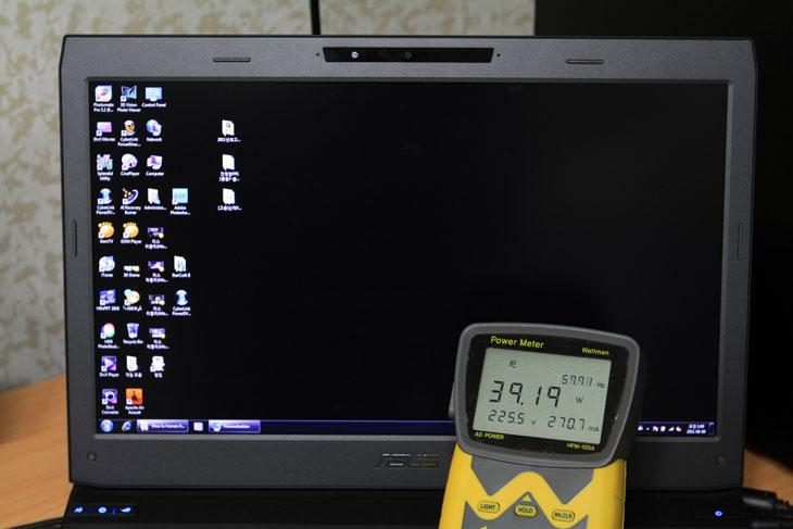 데스크탑 노트북 추천, ASUS, 아수스, G73SW 3D,G73SW3D,G73SW, G73S,ROG, R.O.G, 게이밍 노트북, 데스크탑 노트북, 추천, 제품, 사용기, 리뷰, review, IT, 8GB, 460M, 560M, GTX, 지포스, Gforce, 4Gear, Power Gear, 절전, i7-2630QM, 3D, 3D Vision, 쓰리디, 4X 블루레이, 샌디브릿지, 2세대, 2세대 코어프로세스, 인텔, intel, 인텔 노트북, 아수스노트북, 아수스노트북추천,ASUS G73SW 3D ROG 아수스 게이밍 노트북를 써봤습니다. 항상 써보고 싶던 노트북인데 이제서야 써보네요. 써보면서 느낀것이지만 여러가지 좋은 조건들 때문에 데스크탑 노트북 추천 제품으로 딱이라는 생각이 계속 듭니다. i7-2630QM 프로세스에 지포스 460M 그래픽카드 메모리 8GB 의 재원을 가지고 있는 G73S ROG 노트북은 게임공화국이라는 이름에서 알 수 있듯이 아수스 제품군 중 최고의 게이밍 성능을 지향하는 제품들 입니다. 게이머가 좀 더 편안하게 그리고 실감나게 게임을 즐길 수 있도록 ASUS G73SW 3D ROG 아수스 게이밍 노트북 경우에 팜플레이트 및 손이 닿는 부분은 모두 미끄럼 방지 특수 코팅이 되어 있고 화면과 화면베젤은 무광택 처리가 되어있고 높은 해상도에 120Hz 의 셔터글래스방식의 3D 를 지원 합니다. DVD-RW 에 그치지 않고 블루레이를 지원하며, USB 를 4개까지 지원 (USB 2.0 3개 , USB 3.0 1개) 하고 500GB 의 하드디스크를 2개나 가지고 있는등 어디 하나 빠지는 부분이 없이 잘 채워놓았습니다. 기능키들은 모두 단축키로 제어가 가능하고, 전력 및 성능을 조절하는 4Gear 는 하드웨어 버튼으로 바로 조작할 수 있게 해놓았고, 3D Vision 도 버튼으로 끄고 바로 켤 수 있도록 해서 상당히 직관성과 사용성을 높였습니다. 화면해상도는 1920 x 1080 를 지원하는데 사실 너무 작은 화면에 너무 고해상도를 지원하면 눈이 아플 수 도 있습니다만 17.3 인치 화면을 채용해서 적당한 해상도가 되었습니다. 3D 화면이지만 셔터글래스 방식이라 화면에 줄이 보이지 않아서 (패시브 방식에서의 블랙 라인) 일반 작업 시에도 상당히 쾌적함을 느낄 수 있었습니다. 이외에도 스틸시리즈의 고해상력 해드폰 및 레이저사의 마우스를 제공해서 게이밍적인 요소에 어느것 하나 빠지지 않는 장점을 가지고 있습니다.  데스크탑 노트북 추천으로 이 노트북을 지목한 이유는 이뿐만은 아닙니다. 제가 계속 게임 테스트를 하면서 느낀 것이지만 후면 부분에는 상당히 큰 배출구 2개가 있는데 이부분에는 상당히 높은 열이 느껴집니다. 사실 게임을 장시간 노트북에서 돌리고 있으니 열이 나오지 않는다면 거짓말 일것입니다. 그런데 소음의 증가폭이 적습니다. 즉 일반 사무작업을 할 경우에도 낮은 소음을 보여주는데 게임을 할 경우 게다가 이렇게 i7 프로세스를 채용한 고사양 노트북 경우 소음이 아주 많이 올라가는데 그렇지 않았다는 점 입니다. 잘 설계된 열 처리 구조 때문이죠. 그리고 더 만족한 부분은 게임할 때 손이 닿는 팜플레이트 부분과 키보드 부분에 열이 느껴지지 않았다는 점 입니다. 장시간 게임을 해서 손이 닿는 부분이 뜨겁다면 불쾌하기도 하고 게임의 집중도가 낮아질 수 있는데 이부분도 해결이 가능하다는 것이죠. ASUS G73SW 3D ROG 아수스 게이밍 노트북 장점에 대해서는 아래에서도 계속 알아보도록 하겠습니다.