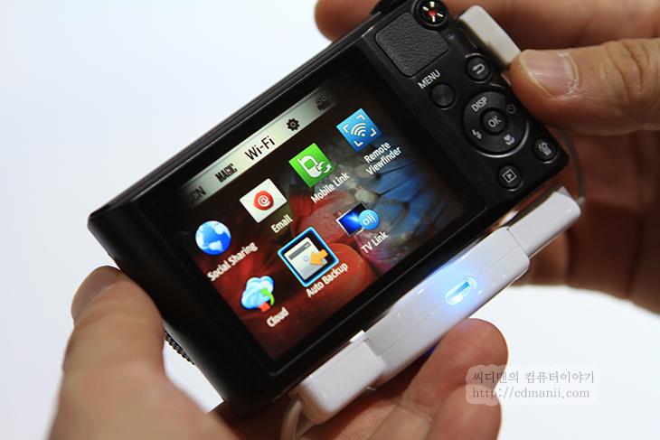 삼성 스마트 카메라, WiFi 전송, WB150F, CES 2012, CES, CES2012, 후기, 제품, 리뷰, 사용기, 동영상, 사진, IT, 카메라, 디카, 컴퓨터, 노트북, Auto Backup, SAMSUNG, 샘송, Samsung Smart Camera, Camera,삼성 스마트 카메라 WB150F는 WiFi 전송을 통해서 Auto Backup이 됩니다. 무슨 말이냐 하면 디카로 사진을 찍은 뒤 집에와서 버튼 몇번만 누르면 선 연결없이 컴퓨터로 백업이 가능 하다는 것 입니다. 삼성 스마트 카메라는 예전에 SH100을 써보면서 와이파이를 잘 활용하면 편리하다는것을 이미 알고 있었는데 WB150F는 이제는 선연결없이 다 되는군요. CES2012 삼성 부스에 직접 가서 보면서 사실은 이 제품과 서피스(테이블 PC)와의 사용을 해보는것을 기대했었는데 그건 하지 못했고 따로 사용해보는것만 해보았네요. 사진 전송속도는 생각보다는 빨랐습니다. 컴퓨터에서의 접속전에 해야할 사전 준비 작업은 아마도 프로그램을 설치해놓는것정도일텐데 이것은 정확하게 확인하진 못했지만 어쨋든 디카에서 해야하는 작업은 간단합니다. 액정이 터치를 지원하지 않는점만 좀 아쉬웠는데 이것은 시작일테고 앞으로 스마트 카메라들은 대부분 이런 기능이 탑재될 가능성이 있으니 괜찮겠네요. 막상 SD메모리에 WiFi가 되는것으로도 사용자들이 편리함을 느끼고 있는 상태니까요.