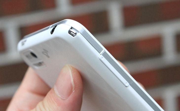 베가레이서, 화이트, 개봉기, 특징, 스펙, Vega, IM-A760S, SKT, 스카이, 베가듀얼폰, 바, 스마트폰, 안드로이드2.3, 퀄컴 듀얼코어1.5GHz, 내장11.9GB/MICROSD, 4.3인치슈퍼아몰레드, WVGA(480X800), 800만화소, 1080p, MP3, Wi-Fi, 블루투스, NFC, 3D게임, 테더링, HDMI, 시크릿뷰, 듀얼코어, 듀얼 스피커, 듀얼스피커, 시크릿 뷰, 모션줌, 쿼티키패드, IT, 제품, 리뷰, 사용기,베가레이서 화이트 개봉기 로 특징을 알아보고 스펙 정보도 알아보는 시간을 갖도록 하겠습니다. Vega IM-A760S 는 퀄컴 듀얼코어 1.5Ghz 가 사용 되었고 메모리도 1GB DDR2 가 사용된 고속의 스마트폰 입니다. 이외에 대부분의 스마트폰이 되는 기능은 모두 넣어서 사용이 가능하며 스크릿뷰 와 관리화면에서 좀 더 직관적인 아이콘을 배치하여 좀 더 쉽고 유용하게 사용할 수 있는 기능을 많이 넣었습니다. 베가레이서 화이트 외관은 전체적으로 흰색 입니다. 가장자리는 둥글고 안테나는 아래쪽에 배치되어 있습니다. 전원 버튼은 손으로 쥐었을 때 바로 누를 수있도록 측면에 배치되어 있습니다. 검색버튼은 외부로 빼놓아서 검색을 자주 하는 분께 도움이 되도록 해놓았습니다. 4.3인치의 슈퍼아몰레드 480x800 의 큰 화면을 지원하며 후면에는 800만화소의 캠이 장착되었고 1080p 촬영을 지원합니다. 버버는 줄무늬와 교차무늬의 커버 2가지를 가지고 있어서 선택해서 커버를 씌울 수 있게 되어 있었습니다. 처음에 탑재되어있는 어플들이 자주 쓸만한 내용들은 모두 다 올려져 있고 블로그에 글 쓸 수 있는 API 를 지원하는 앱들도 올라가 있어서 여러 유저에게 편리할듯하더군요. 베가레이서 화이트는 사용하면 할 수 록 재미있는 기능들이 많이 있었습니다. 이번에 특징들과 스펙에 대해서 살펴보는 시간을 갖도록 하겠습니다.