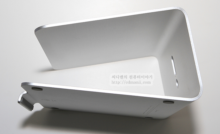 elago L2 Stand, 리뷰, 엘라고, L2, 알루미늄, 알미늄, 스텐드, 사용기, 후기, IT, review, 제품, 사진, 맥북, 맥북에어, 울트라북, 노트북, Notebook, Ultrabook, elago L2 Stand 리뷰 엘라고 L2 알루미늄 스텐드 사용기 -  노트북은 모양 때문에 모니터가 본체에 가까이 붙어 있습니다. 그래서 노트북으로만 업무를 보는 경우에 사용자의 시선이 아래쪽을 향하게 되는데요. 이것을 살짝 올려주는것이 노트북 스텐드 입니다. elago L2 Stand 리뷰를 통해서 노트북 스탠드를 쓰면 무엇이 좋은지 그리고 디자인은 어떤지 견고한지 등을 알아 보도록 하겠습니다.  이 스탠드를 사용하면서 편했던점은 노트북을 바닥에서 조금 높에 띄워놓을 수 있어서 듀얼모니터로 쓸 때에도 기존모니터와 눈높이가 비슷해서 편했다는 점 입니다.