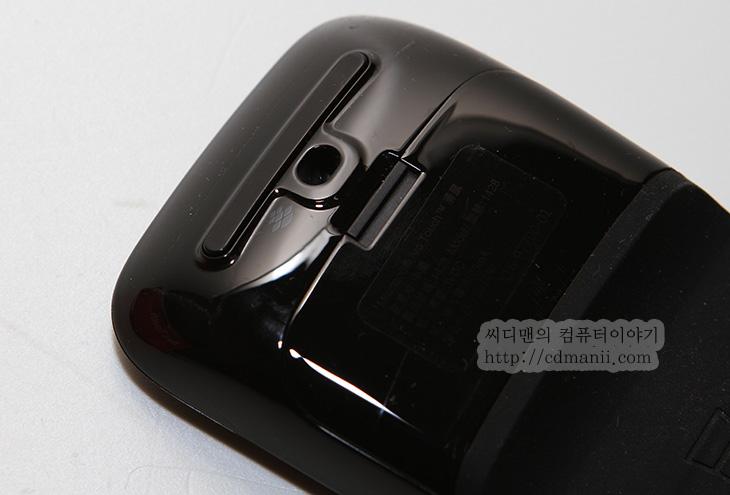 아크 터치 마우스, Arc Touch Mouse, 아크 터치, 아크 마우스, 아크, Arc, 터치 마우스, 터치, 윈도우8, 윈도우7, 블루트랙, 유광, 아크 터치 마우스 단점,아크 터치 마우스를 사용해 봤는데 디자인은 멋진데 생각보다는 약간 불편한 단점이 있긴하네요. 디자인을 보면 아마 아시겠지만 Arc Touch Mouse는 측면 부분 즉 엄지손가락과 다른 45번째 손가락이 놓이는 자리가 조금 애매합니다. 근데 아크 터치 마우스를 사용해보면 좀 재미있는점도 있습니다. 일자로 펴서 휴대를 편하게 할수 있고, 그리고 휠부분도 터치로 해결을 했습니다. 이것때문에 터치라는 이름이 붙은것이구요. 근데 그냥 휠을 터치로만 하면 휠을 돌릴때 따그락 거리는 느낌이 없으면 얼마만큼 돌렸는지 햇갈릴텐데 이를 해결하기 위해 재미있는 기능이 들어가있습니다. 휠을 돌리듯이 액션을 취하면 내부에서 진동이 일어나면서 휠을 돌리는듯하게 착각을 주게 됩니다. 휠을 강하게 돌리면 관성에 의해서 돌아가는데 그런 느낌마저도 진동으로 구현했더군요. 이런 부분은 참 대단하다는 생각도 들더군요. 이 외에 아크 터치 마우스의 장점 단점은 아래에서 알아보도록 하죠.