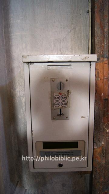 ▲ 이탈리아에 있는 성당에는 유명한 작품 옆에 이런 기계가 있는데, 돈을 얼마 넣으면 작품을 비추는 조명이 켜진다. 물론 조명시간은 액수에 비례.