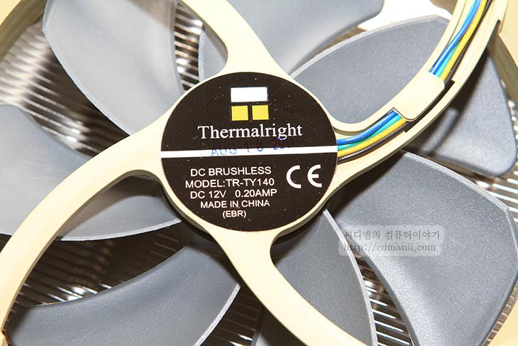 140mm, Cooler, CPU, CPU 쿨러, It, thermalright, True Spirit 140, 교체, 리뷰, 사용, 사용기, 써멀라이트, 써멀라이트 True Spirit 140, 전원부, 제품, 쿨러, 클립, 후기,써멀라이트 True Spirit 140를 기존에 CPU 쿨러대신 사용해 봤습니다. Thermalright 는 울익 120 처음 구매 했을 때와 오버대회때 이후로 처음 써보네요. 이번 쿨러는 모델명 True Spirit 140 에서 알 수 있듯이 140mm의 팬이 사용이 됩니다. 좀 더 슬림한 모양의 히트싱크를 가지고 있지만 팬이 크기 때문에 더 저속으로 사용이 가능하고 소음도 많이 낮아졌죠. 그리고 큰 팬은 CPU 전원부 쿨링에도 도움을 줍니다.