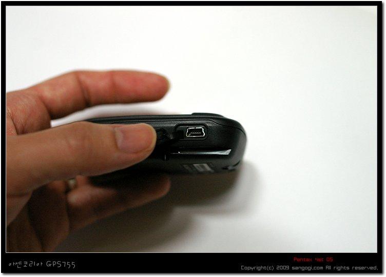 옆면에 위치한 USB 연결 단자