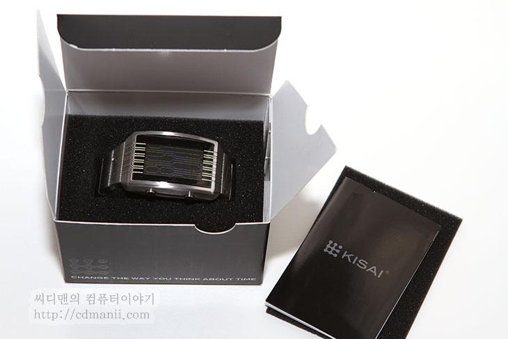 패션시계 추천, IT, 키사이 온라인, Kisai OInline LCD Watch, 시계, 일본, 도쿄플래시, 도쿄, Tokyo, 제품, 리뷰, 사용기, 후기,패션시계 추천 키사이 온라인 Kisai Online LCD Watch 리뷰  독특한 느낌의 시계를 찾으시나요? 키사이 온라인 (Kisai Online LCD Watch)을 소개합니다. 패션시계 추천으로 제가 그전에도 키사이 시계를 많이 소개해드렸는데요. 이번 패션시계는 라인을 숫자로 형상화한 독특한 제품 입니다. 키사이 온라인 시계는 무게는 약간 묵직 합니다. 하지만 그전에 소개해드렸던 시계보다는 글자를 읽기가 나름 편합니다. 숫자를 선으로 나타내고 있기 때문인데요. 다만 처음에 저는 설명서를 보고 한참 헤맸습니다. 지금 생각해보면 간단한것인데, 처음에 날짜와 알람, 시간 이부분때문에 헷갈리더군요. 그냥 숫자는 어떻게 모드는 이렇게 AM PM은 이것이다라고 정도만 있었으면 더 빨리 파악할 수 있었을텐데 예시로 모두 설명이 되어잇어서 좀 헷갈리더군요. 하지만 걱정은 마세요. 어려워보여도 동영상 보시면 됩니다.