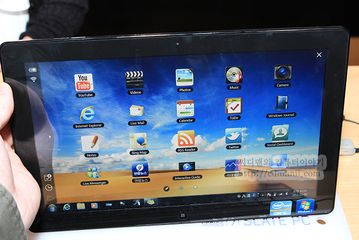 슬레이트7 리뷰, 슬레이트 피씨, SLATE PC, 삼성 시리즈7 슬레이트 피씨, 리뷰, 사용기, 동영상, IT, 제품, 삼성, review, 후기, 킨텍스, 모델, 사진, SSD, 1500회, 배터리, 디지타이저 펜, 블루투스, 블루투스 키보드, 400니트, 860g, 무게, 슬레이트7 무게, 슬레이트7 화질, 1080p, 아이유, 직캠,슬레이트7 리뷰를 정말 잘 적어보겠다는 맘을 먹고 미디어데이에 일찍 참석 했습니다. 근데 너무 일찍 간 나머지 한참 서서 기다려야만 했네요. 10시 반 부터 딱 쓸 수 있게 열어주는 바람에 슬레이트7 리뷰를 적겠다고 밤새도록 프로그램이랑 준비물 그리고 뭘 적을까 고민하고 적어갔던 메모한 것들을 다 해보진 못했습니다. 게다가 만져 볼 수 있었던 펜이 있던 삼성 슬레이트7은 3대뿐이었습니다. 줄을 서서 겨우 잠깐씩 만져보고 이것저것 많이 해보려니 맘이 급했네요. 그래도 여러가지 준비를 미리 해놓은 보람으로 벤치자료 및 여러가지 테스트 및 슬레이트7 후기를 적기에 충분한 자료를 얻었습니다.  요약해서 정리해보면 가격과 전면 후면의 캠의 화질 빼고는 모두 높은 점수를 주고 싶네요. 킨텍스에 가서 미리 만져본 SLATE PC와는 완전 다른 느낌이었습니다. 웹서핑을 해서 제 블로그에 글과 사진이 많은 부분을 띄워서 스크롤을 해봐도 거침없이 빠른 속도를 보여주었고, 부팅속도도 18초 정도로 상당히 고속이었으며, 전정식 방식의 손가락 터치도 인식율이 높았고 디지타이저 펜으로의 감압도 좋은편이었습니다.  펜은 상당히 가벼운편이며 다만 펜팁 끝이 조금은 너무 가벼운 느낌은 들더군요. 대신 펜팁으로 화면을 상당히 쌔게 눌러서 긁어보아도 화면에 스크레치가 생기지 않는게 신기하더군요. 슬레이트7 벤치 자료 이외에 실제 사용하는 동영상도 많이 찍어 왔습니다. 동영상 찍으면서 가장 만족했던 부분은 슬레이트 피씨가 인텔 HD 그래픽이기 때문에 동영상 재생 능력이 조금은 떨어지지 않을까 (사실 떨어지진 않습니다만 외장 그래픽카드에 비해서) 걱정을 했는데 1080P 소녀시대 동영상을 USB 에 연결한 상태로 재생도 전혀 끊히지 않았고, 역시 USB연결 상태의 아이유 MTS 캠코더 원본 영상도 끊히지 않고 재생이 되더군요. 동영상을 자주 보는 분들은 동영상이 끊히지 않을까 절대 걱정을 안해도 되겠네요.  배터리 시간은 6시간으로 나오지만 실제로 97% 근처의 배터리 잔량에서 사용시 5시간 근처가 나온걸 봐선 외부에서 사용시 화면 밝기를 최대로 낮추고 HD 그래픽 설정을 절전으로 조절을 하면 적어도 3시간반 정도의 동영상 재생능력은 있어 보입니다.