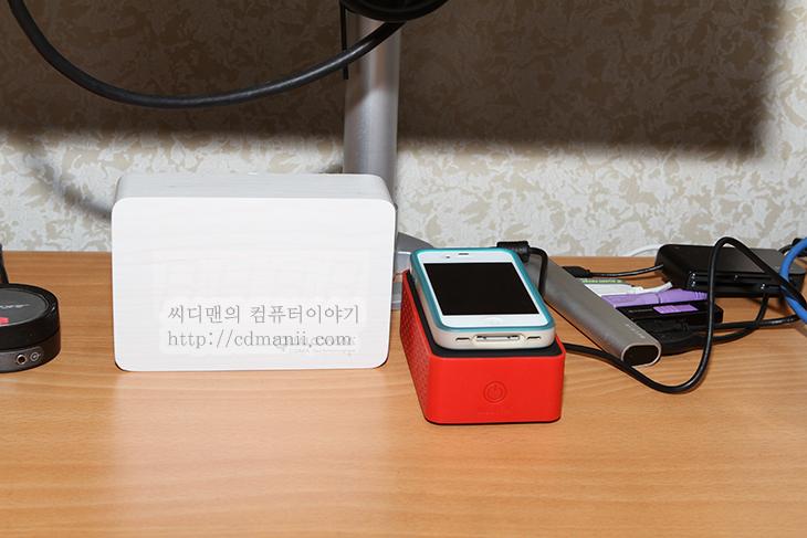 터치앰프, 터치앰프 사용기, 사용기, 후기, 리뷰, review, 스마트폰, 스마트폰 무선스피커, 무선 스피커, 블루투스, 외부, 증폭, NearFA, Near Field Audio, 유투브, 영상, 소리, 소리 증폭, 세계, 최초, 기술, 아이폰4S, 갤럭시S3, 갤럭시노트, 갤럭시넥서스, Galaxy S3,터치앰프 스마트폰 무선스피커 사용기  스마트폰을 많이 사용 하실텐데요. 집에서 스마트폰에 들어있는 동영상이나 음악을 재생할 때 좀 더 큰소리로 듣기 위해서 스피커를 연결을 하게 될것입니다. 터치앰프는 이때 무선으로 스피커를 연결할 수 있게 해줍니다. 보통은 선을 연결하거나 또는 독에 연결하는게 일반적이죠. 그리고 블루투스로 연결하는 방법도 있습니다. Touch AMP는 NearFA(Near Field Audio) 기술이 처음으로 적용된 제품 입니다. 스마트폰이나 태블릿이던 모바일 기기를 올려놓기만 하면 소리를 증폭시켜 줍니다.  건전지를 넣어서 외부에서도 사용이 가능합니다. 그리고 무선으로 소리를 증폭하면 아무래도 스피커로 출력된 사운드를 다시 증폭하기 때문에 아주 깨끗한 음질이라고 생각하기는 힘들기에 유선으로 연결해서 외부스피커처럼 사용도 가능 합니다.  사용에 있어서는 아이폰이나 안드로이드폰을 소리를 켜 놓은채로 그냥 터치앰프 위에 살짝 올려놓으면 모바일기기에서 나오는 소리의 몇배 더 큰 소리가 터치앰프로부터 나오게 됩니다. 그럼 지금 부터 구성품 및 실제 사용하는 지금부터 알아보겠습니다.