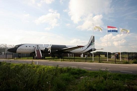 공항 옆에 서 있는 날수 없는 항공기, 그 이름은 호텔...