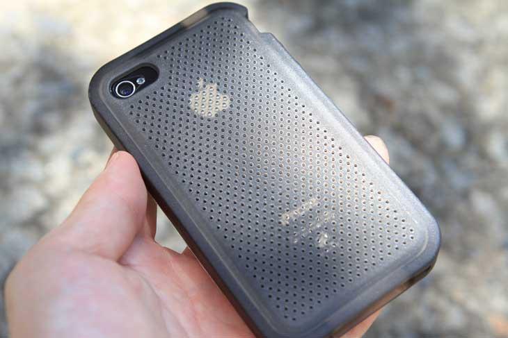 TECH21, D3O, IT, impact Gel, Impact Gel for iphone4, 아이폰4 케이스 추천, 아이폰4 케이스, 충격, 아이폰4 깨짐, 아이폰4 스크레치, 아이폰4 충격보호, 충격보호 케이스, 제품, 사용기, 리뷰, 사진, 동영상,TECH21 D3O Impact Gel for iPhone4 아이폰4 케이스는 낙하 충격으로 부터 아이폰4를 보호해 줍니다. 보통의 케이스도 어느정도 보호해주는 역할을 하긴 하지만, 충격이 많이 가면 케이스가 깨지거나 아이폰4에 금이 갈 수 있죠. TECH21 D3O Impact Gel for iPhone4 는 두꺼운 특수한 재질이 외부 충격을 순간적으로 보호해주고 모서리 부분의 충격도 보호해줄 수 있도록 되어 있습니다. 실제 저도 이걸 테스트 해보면서 1미터 에서 1.7미터까지 다양한 높이에서 여러번 떨어뜨려봤는데 멀쩡하더군요. 화면 뒤쪽에 작은 스크레치가 생겨서 깨진줄알고 봤는데 그냥 스크레치더군요. 실제로 테스트시 콘크리트 바닥에 집어던져도 잘 깨지지 않는다고 하니 아이폰을 자주 떨어뜨리는 분들은 하나쯤 가지고 있기에 괜찮은 케이스라고 생각해서 추천해봅니다.
