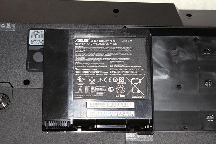 아수스 G74SX, G74SX, G74, ASUS G74SX, 아수스 게이밍 노트북, 게이밍 노트북, 게이밍노트북, IT, 2세대, 2세대 코어프로세스, 3d, 3d vision, 460m, 4Gear, 4X 블루레이, 560M, 8GB, asus, G73S, G73SW, G73SW 3D, gforce, GTX, i7-2630QM, intel, It, Power Gear, R.O.G, Review, ROG, 데스크탑 노트북, 데스크탑 노트북 추천, 리뷰, 사용기, 샌디브릿지, 쓰리디, 아수스, 아수스노트북, 아수스노트북추천, 인텔, 인텔 노트북, 절전, 제품, 지포스, 추천, G74SX-91038V,아수스 G74SX 리뷰에 앞서서 예전에 ASUS G73SW 아수스 게이밍 노트북에 대해서 글을 적은게 있었는데요. 지금 설명하는 이 노트북은 그 후속 버전입니다. 직접 써보면 그냥 사진으로 보고 한번 만져본것보다는 뭔가 다른 느낌과 이해를 할 수 있기에 이것저것 많이 만져 보았습니다. 그냥 게임만 돌아간다고 해서 게이밍 노트북이라고 말하면 안될듯합니다. 아수스 G74SX 리뷰를 통해서 게이밍 노트북에 있어서 게임이 돌아가는 것 외에도 안정성 , 성능, 소음 부분 등 여러가지 부분에서 중요하다는것을 느낄 수 있습니다. G74SX-91038V 는 사양만 엄청나게 넣어놓은 괴물노트북이 아니라 실제 게임을 할 때 생기는 소음을 줄이기 위해서 후면에 방열구를 위치시키고 소리를 뒤로 보내서 소음을 감소시키는 기술이 적용되었고, 모니터 힌지 부분을 좀 더 강화시켰으며, 손이 직접 닿는 부분에 온도를 낮춰서 쾌적한 게이밍 환경을 구축할 수 있도록 했습니다.  사용해보다 보니 제가 사용중인 데스크탑 컴퓨터 (i7-2600K , 8GB) 와 큰 차이가 없다고 느낄 정도로 성능 부분에서는 괜찮더군요. 물론 제가 그전에도 계속 이야기를 했듯 노트북은 용도에 맞게 구매를 해야합니다. 데스크탑 대용으로 노트북을 사용해야하는 분, 그리고 가끔 휴대를 해야 하는 분, 고성능의 노트북이 필요한 분들에게는 괜찮은 노트북이라고 생각 됩니다. 자세한 G74SX 리뷰는 아래 내용을 읽어 주세요.