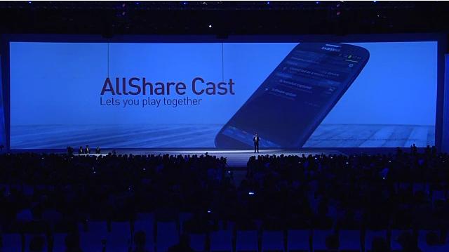 갤럭시S3 스펙, 정보, 페블 블루, 마블 화이트, 만능 스마트폰, 올쉐어, 무선, 충전, 제로 셔터 랙, 베스트 포토, S 빔, S Beam, 발표, 제원, 엑시노스 4 콰드, Exynos 4 Quad, 콰드, 쿼드, DHMI, 다이렉트 콜, 팝업 플레이, 스마트 알람, 소셜 테그, 갤럭시SIII, 갤럭시S3, 갤럭시 S3, NFC, WiFi-Direct, S Pebble, 휘트니스, 건강, 디자인, 샘플, 루머, 네츄럴 UI, UX, 채팅, 문자, 게임, 모션, 인식, 전면카메라, 후면카메라, 800만화소, 800만, 화소, 카메라, AF, 모듈갤럭시S3 스펙 및 색상 디자인 정보가 5월 4일 새벽 2시 50분에 드디어 공개가 되었습니다. 색상은 페블 블루와 마블 화이트 두가지 색상이 나오고 국가에 따라 3G 또는 LTE 모델이 지원됩니다. 개인적으로 색상은 화이트보다 페블 블루가 잘나온것같네요. 실제 색상을 보니까 꽤 이뻐보이구요. 화면은 4.8형으로 사이즈가 훨씬 커졌지만 조약돌처럼 둥근 외형을 가지고 있어서 그립감이 좋습니다. 처음 발표전에 티저영상 및 이미지에서 나왔던 색이 있는 물방울 모양은 갤럭시S3의 후면을 상징화 한 것이었군요. 지금까지 참 많은 루머가 있었지만 모두의 의견을 뒤집고 좀 파격적이면서도 새련된 디자인으로 나타났습니다.  갤럭시S3 언팩에서 나온 새로운 기능들은 설명을 들으면서도 인간중심으로 설계를 잘 했다는 느낌을 받았습니다. 어린 자녀와 함께 동영상을 밤에 보고 있다가 눈을 감고 잠들어버리면 전면카메라가 사람의 눈, 얼굴, 음성, 모션등을 인식해서 화면을 안보고 있다면 화면을 자동으로 꺼줍니다. 사람을 지켜보고 있다가 사용하지 않으면 정지하는것이죠.  팝업플레이 (Pop up Play) 도 재미있네요. 동영상을 보고 있던중에 문자나 웹서핑을 보내야할 경우에는 당연하게 화면이 전환되어서 동영상을 못보게 되는데 이 상식을 뒤집었습니다. 동영상 플레이 화면을 작은 사이즈로 만들어 웹서핑 및 문자보내기등 다른 작업을 하면서도 동영상을 볼 수 있습니다.  무선 충전도 가능하게 되었네요. 물론 기본 커버 외에 무선충전이 가능한 별도의 커버로 교체를 해야하고 무선 키트를 사용해야 합니다만 여러명이 만약 갤럭시 S3를 쓴다면 좀 더 편하게 충전이 가능할듯하네요. 집에오면 그냥 충전이 되는 시대가 되는군요. 후면 카메라는 800만 화소로 1200만 화소나 그에 버금가는 화소의 카메라 모듈이 탑제 될 것이라는것을 뒤짚었네요. 하지만 음성인식을 통해서 사진촬영을 하거나 제로 셔터 랙(Zero Shutter Lag) 의 빠른 촬영, 그리고 베스트 포토(Best Photo)을 찾아주는 기능등 편리한 기능들이 추가가 됬습니다.  안드로이드 ICS의 기능중 하나이기도 하지만 S 빔(S Beam)을 이용하면 사진이나 영화, 음악을 같은 갤럭시S3 유저간에 빠르게 전송할 수 있습니다. 1GB영화가 3분만에 전송이 가능하다고 하니 생각보다 꽤 유용할듯 합니다  네츄럴 UI 를 사용하여 첫 화면에 꼭 호수의 물 위를 만지는 듯한 인터페이스에서 친화력있게 사용이 가능한점도 장점 같습니다. 한가지 특이한것은 콰드코어가 사용되어서 인지 물결의 움직임 등 좀 부하가 많이 걸릴듯한 화면에서도 자연스럽게 동작하더란 겁니다. 지금 이미 이런 비슷한 화면은 테마등으로 구현이 되어있지만 사용해보면 좀 많이 버벅이기 마련인데 콰드코어의 사용으로 여러부분에서 좀 더 매끄러운 작업이 가능해보이네요.