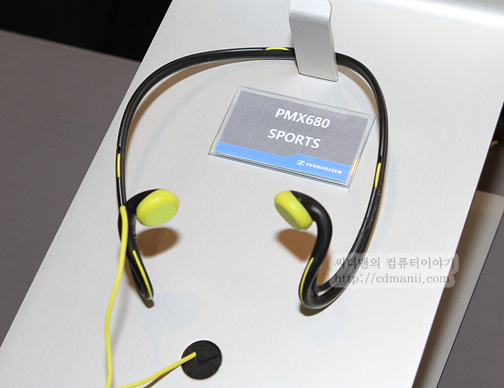 젠하이저 HD800, 신제품, 발표회, 젠하이저, RS220, Kleer, 비압축 오디오 전송 기술, PXC 310 BT, 모델, SENNHEISER, 프리미엄, CX215, MX365, Sound of Life, 노이즈 가드, Noise Gard, Digital, 디지털, 음악, 감상, 사운드, 소리, 음질, 품질, 고음질, IT, 제품, 체험기, 리뷰, 사용기, 후기, 젠하이저 HD800 외에 다양한 신제품들을 만져보고 체험해볼 수 있는 기회가 있어서 다녀왔습니다. 해드폰과 이어폰을 이렇게 짧은시간에 수십가지를 만져본건 처음인듯 하네요. 그냥 만져본것만 아니라 직접 모두 들어볼 수 있었습니다. 최고급사양의 젠하이저 HD800도 직접 들어보았는데요. 재질을 상당히 고급재료를 써서 품질을 높인 타입이죠. 들어보니 좋긴 좋더군요. 저 역시도 이어폰과 스피커는 나름 고급을 쓰고 있다고 생각하는데, 이번에 여러가지 음악을 들어보면서 귀가 즐거웠습니다.  이번 젠하이저의 신제품들 중에 최고급 무선 헤드폰 RS220은 클리어(Kleer)의 비압축 오디오 전송 기술을 사용하여 블루투스 전송방식과는 차원이 다른 음질 구현이 가능해졌습니다. 무선으로 들어도 꽤 괜찮구나 하는 느낌을 받았습니다. 다만 좀 아쉬웠던점은 이번에 청음실이 여러 구역으로 나뉘어서 많은 사람들이 차례대로 체험을 했는데, 몇몇 부분에서는 해드폰의 채널을 공유하거나 또는 음악소스를 CD가 아닌 아이폰으로 재생을 해서 음질의 확연한 차이를 구분하기 힘들었던 점이었습니다. 그래도 HD800은 CD음질로 들어볼 수 있어서 정말 새로운 소리를 들을 수 있었네요. 시간은 좀 짧았지만요.  그 외에도 지하철이나 건물안에서 음악 외의 규칙적으로 발생하는 소음을 차단해주는 기능을 넣은 PXC 310 BT등도 재미있었습니다. 확실히 켜놓으니 계속 들리던 그 소음이 딱 사라지더군요. 그 외에도 IE80 , IE60 도 만져볼 수 있었는데요. IE80 경우에는 사용자의 맘에 맞게 튜닝이 가능 합니다. 작은 구멍에 있는 나사를 돌려서 베이스 음량을 조절이 가능하죠. 이 외에도 참 많은 해드폰과 이어폰을 만져볼 수 있었습니다. 좀 특이했던점은 그동안은 전문가스러운 디자인의 것을 고집하던 젠하이저가 패션에 신경을 쓴 다양한 색상 및 특이한 모양의 이어폰도 많이 내어놓았다는 점 입니다.