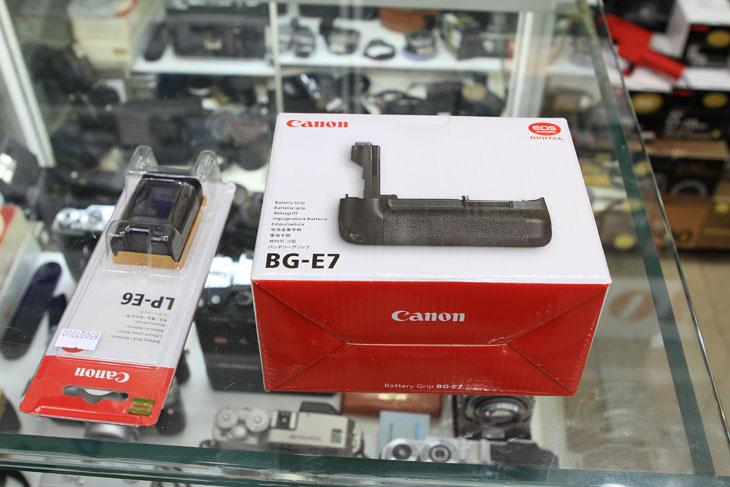 캐논, 7D, EOS 7D, BG-E7, 세로그립, 배터리, LP-E6, 배터리팩, 프래그쉽, 플래그쉽, EOS 7D 세로그립, 캐논 7D 세로그립 BG-E7 배터리 LP-E6, IT, 사진, 사용기, 리뷰,캐논 7D 세로그립 BG-E7 과 배터리 LP-E6 를 구매했습니다. 디카를 사용하면서 가장 불편했던게 생각보다 빨리 줄어드는 배터리 시간이었네요. 배터리를 추가로  하나 구매 해서 써야하는건 필수인듯합니다. 물론 정품 배터리를 구매하는게 좋습니다. 배터리 시간 측정이 호환배터리는 안되니까요. 캐논 7D 세로그립 BG-E7 과 배터리 LP-E6 외형에 대해서 알아보고 장착한 모습에 대해서 알아보도록 하겠습니다. LP-E6 배터리와 BG-E7 세로 그립 입니다. 5D / 5D Mark2 / 7D 경우 이 베터리를 사용 합니다. 세로 그립은 아시다 싶이 EOS 7D 전용 입니다. 근데 세로그립이 안달기는 뭐하고 달면 무게가 더 나가고 해서 애매하긴 한데. 막상 사용하다가 떼어보면 뭔가 새끼손가락 부분이 허전합니다. 있으면 잡을때 조금 편하긴 합니다. 배터리도 2개를 사용하면 배터리 시간도 더 오래가구요. 7D 사용시 배터리 1개만 사용하면 생각보다는 배터리가 빨리 떨어집니다. 어딘가 나가서 좀 맘놓고 연사 찍다 보면 금방 배터리가 허덕이더군요. 물론 500컷 이상 찍었을 때 이야기 입니다. 근데 2개를 꽂으니 좀 더 오래 견디네요.