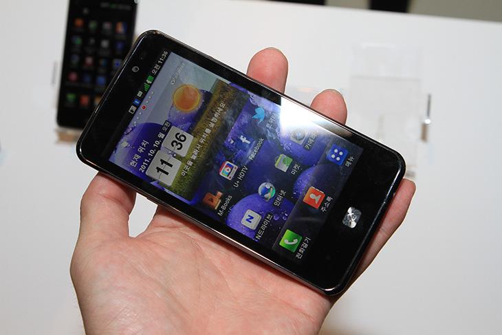 4G, HD, It, LG Optimus LTE, LG 옵티머스 LTE, LTE, OPTIMUS, SKT, U+, U플러스, 디스플레이, 리뷰, 민효린, 비교, 사용기, 속도, 업티머스, 옵티머스, 외형, 유플러스, 유희열, 정재형, 제품, AMOLED IPS HD 비교,옵티머스 lte 쇼케이스에 가서 제일 먼저 보였던건 화면 두개를 보고 어느게 디테일이 좋은지 살펴보고 투표하는 것 이었습니다. AMOLED 와 IPS HD의 비교를 위한 것 이었죠. 다만 속도 비교보다는 너무 화면에 집중해서 설명한게 아닐까 좀 염려스럽기도 했습니다. 블라인드 결과로는 옵티머스 lte 의 IPS HD가 우수하게 나왔습니다. 다만 이에 대한 설명을 저도 좀 사견을 넣어서 해보려 합니다. 액정의 결정의 차이로 또는 빛의 투과율 차이로 글자가 좀 더 부드럽게 표현되는지 아닌지 당연 차이는 있을겁니다. 다만 이날 강조를 했던 작은 글자를 볼 때 깨지는지 안깨지는지의 대한 내용은 사실 실제 스마트폰을 사용하는데 별로 차이를 못 느낄지도 모릅니다. 작은 글자를 볼일이 거의 없기 때문이죠. 웹서핑때 풀브라우징을 쓰더라도 글자가 가늘게 나와서 작을 경우 대부분 확대를 해서 보기 때문에 차이를 못느끼죠. 그것보다는 해상도가 높아진점 때문에 동영상이나 사진에서도 디테일이 조금 더 살아난다는것을 나타내는것이겠죠. 아직 지금 현재상태로는 옵티머스 LTE는 HD 해상도로 나와있고 아직은 HD 해상도로 써볼수있게 나와있는 폰은 없으니까요. 물론 비교대상의 곳에서도 HD 해상도가 이미 나와있고 나온다면 또 이야기가 나오겠지만요.