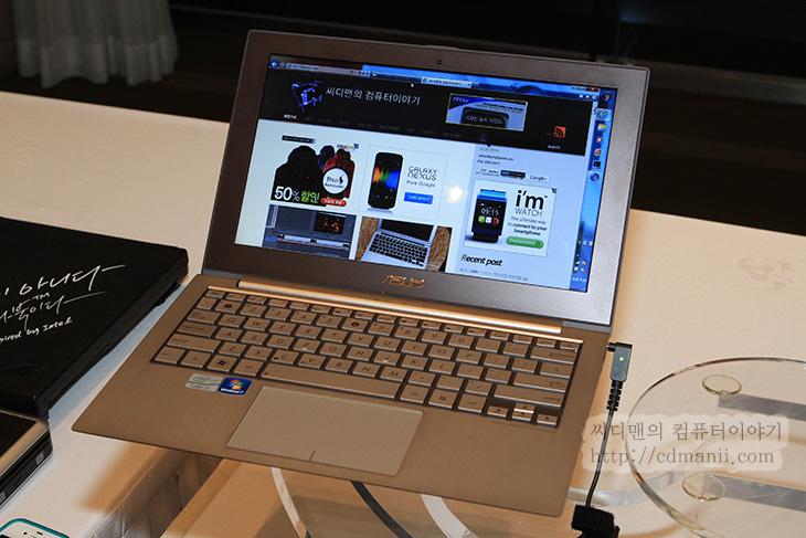 아수스 울트라북, ASUS UltraBook, ZENBOOK, UX31E-RY015V, 리뷰, 성능, 벤치마크, 사용기, 후기, IT, 제품, 노트북, NoteBook, 맥북에어, 맥북, 얇기, 두께, 알루미늄, 알미늄, SSD, 스펙, 사양, UX21E-KX004V, UX21, UX31, UX시리즈, USB 3.0, USB 2.0,아수스 울트라북 ZENBOOK UX31E-RY015V 리뷰를 시작해 보겠습니다. UltraBook을 인텔이 앞으로 신경을 쓰게 될 것인데요. 앞으로 어떻게 될진 모르겠지만 이렇게 얇고 성능이 좋은 노트북은 사용자의 트랜드이므로 아수스 울트라북 처럼 얇은 노트북들이 앞으로 계속 나올겁니다. 성능 벤치마크를 해 보았는데요. 상당히 좋군요. 그냥 처음 이것저것 만져보는것 만으로는 수치적인 특성을 살필 수 없었기에 크리스탈디스크마크와 슈퍼파이등 몇가지 지표를 나타낼 수 있는 수치를 측정 해 보았습니다. 윈도우 지수도 있긴 하지만 이것은 정확한 지표는 될 수 없으므로 빼도록 하겠습니다.  아수스 울트라북 ZENBOOK은 크게 화면 사이즈에 따라 11인치와 13인치 두가지 버전이 있으며 또 프로세스 마다 몇가지 모델로 또 나뉩니다. 이렇게 여러개로 나뉘는 이유라면 아시겠지만 가격 때문이겠죠. 이번에 벤치마크로 사용해본 울트라북은 UX31E-RY015V으로 13인치형에 아수스 울트라북 시리즈 중에서는 가장 상위 버전 입니다. 크기나 외형이 유선형으로 맥북에어와 상당히 닮아 있습니다. 얼핏보면 구분이 잘 안갈정도인데요. 물론 상단에 표면 디자인이 다르고 버튼배열과 구성품이 달라서 구분은 됩니다.  직접 만져본 느낌은 벤치에서도 느껴지긴 하겠지만 상당히 좋았네요. 외형 샤시가 상당히 딱딱해서 맘에 들었고 외형을 알루미늄으로 처리한 부분. SSD를 128 / 256GB를 사용한점. 저전력 프로세스를 사용했지만 i5, i7을 사용했기에 어느정도는 커버가 된다는점 등이 맘에 들었습니다. 물론 오른쪽 쉬프트키도 크게 배열되어 있어서 타이핑도 편했구요.