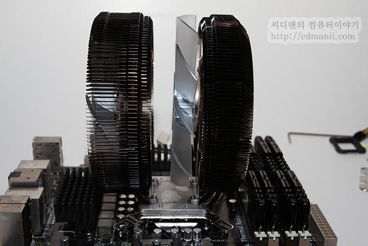 CNPS9900 DF, 잘만, ZALMAN, 듀얼팬, Dual Fan, Composite Heatpipe, 히트파이프, CNPS9900DualFAN, IT, 리뷰, 후기, 사용기, CNPS9900 DF 사용기, 제품, CPU쿨러, 쿨링, CPU, 쿨러, 간섭, CPU 쿨러 간섭,잘만 CNPS9900 DF 를 사용해 봤습니다. 이번 후기에서는 잘만 CPU 쿨러가 가지는 특징과 소음을 가지고 평가해보도록 하겠습니다. 이 쿨러의 특징은 Dual Fan 이라는 점 입니다. 그래서 이름이 CNPS9900 DF이죠. 잘만 쿨러는 아주 초기형 부터 저는 써보았었는데요. 컴퓨터를 무소음 또는 초저소음으로 구축하기 위해서 알루미늄판을 여러겹을 겹쳐 부채꼴 모양으로 펼쳐서 만든것이 최초였습니다. 그 당시에는 보통은 CPU 쿨러에 팬을 빠르게 회전시켜서 쿨링을 하는게 보통이었지만, 재료를 개선하고 열전도율을 높이며 팬을 오히려 천천히 돌리더라도 충분히 쿨링이 되도록 하는 혁신적인 내용이었습니다. 물론 실제로 소음이 거의 없었고 심하면 느끼지 못할정도까지 낮출 수 있었죠.  하지만 점점 CPU는 더 고발열화 되어갔고 히트파이프를 이용해야했습니다. 예전에는 히트파이프도 가격이 좀 했습니다. 그래서 잘만에서는 히트파이프의 갯수를 적게 사용하면서도 충분히 효과를 낼 수 있는 방법을 고안했습니다. CNPS의 쿨러중 타워형의 쿨러들은 히트파이프가 8 자 모양으로 들어가 있습니다. 물론  시간이 지나면서 조금 변형된 모양의 것들도 나오게 됩니다. 하지만 잘 봐야할 점은 히트파이프의 갯수를 줄이면서도 충분히 성능 효과를 낸다는점 입니다. 가격을 저렴하게 만들면서도 퀄리티를 올릴 수 있는 점이 이때문이죠.  지금부터 CNPS9900 DF CPU 쿨러의 외형 및 실제 소음 그리고 팁등을 알아보도록 하겠습니다.