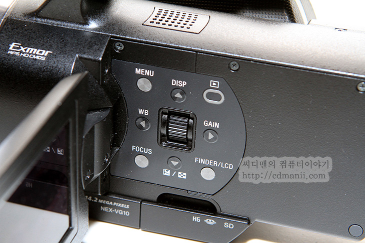 NEX-VG10 사용기, NEX-VG10, NEX5N, NEX5, NEX3, HDR-CX550, HDR-CX500, 소니, 핸디캠, sony, 사용기, 후기, 리뷰, IT, 마이크, 4채널, 고가형, 18-200mm OSS, OSS, 손떨림, 보정, 기능, 유닛, USB, 뷰파인더, 전자뷰파인더, LCD, 모니터, 화면, 모드, 마이크로스틱, SDHC, SD, SD메모리,NEX-VG10 사용 후 몇가지 알게 된 내용을 적어볼까 합니다. 렌즈교환식 캠코더는 사실 상당히 고가입니다. 이 틀을 깨뜨린것이 이 캠코더이죠. 근데 약간 기능제한을 해놓은듯한 느낌도 많이 받았습니다. NEX-VG10 사용시 액정 터치가 안됩니다. 이 외에도 분명 있지만 뭔가 약간은 불편하다는 느낌도 받았습니다. 장점이 분명 있는 반면 상위 모델과의 차이를 약간 의도적으로 둔 느낌도 받았네요. 물론 가장 큰 장점은 렌즈를 교환해서 쓸 수 있다는 점 입니다. 거의 모든 대역을 커버하는 18-200mm OSS 렌즈도 그렇구요.  좀 살펴보면 대부분 컨트롤러는 본체 측면에 붙어있습니다. 버튼으로 입력하는 부분이 좀 더 직관적이긴 하겠지만, 수동조작시 촬영 중 모든 부분에 제한이 풀린 것은 아니므로 약간 불편한 것은 감수하며 써야합니다. 물론 소니 핸디캠들도 촬영중에는 조작이 안되는 메뉴들이 몇개 있습니다. 그나마 위안이 될 수 있는점은 핸디캠에 들어가는 렌즈보다는 상당히 고급형의 렌즈를 그것도 맘에 드는것을 꽂아가면서 쓸 수 있다는 점과 센서가 커서 아웃포커싱에 좀 더 유리하다는 점이 있는데, 그런데 촬영 중에 이게 오히려 좀 불편했던적도 있습니다.  아이유와 붐을 촬영 할 때 뒤에 있던 배경과 사람의 거리가 가까워서인지 계속 뒤에 있는 벽 표면의 장식에 포커스가 맞으면서 인물의 얼굴이 뭉개지더군요. 그래서 수동촛점으로 맞춰서 수동으로 조작을 했는데 주변이 어두워서 조리개는 열수 밖에 없었고 촛점이 조금만 흐트러져도 피사체의 얼굴이 날라가버리니 맞추기 어렵더군요. 작은 화면의 액정이 촛점이 맞았는지 맞지 않았는지 구분이 쉽지 않아서 더 그랬던듯 합니다. 물론 NEX-VG20 에서는 이런 문제가 없을듯하지만요.  실제로 제가 NEX-VG10을 사용해보면서 느낀점과 제품의 외형 디자인, 맘에 들었던점, 실망했던점등을 적어보겠습니다. NEX-VG10으로 찍은 원본 샘플과 인코딩된 소스도 제공해보도록 하죠.