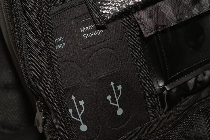 에일리언웨어, 노트북 백팩 추천, Alienware, Alienware Orion M14x Backpack, IT, 가방, 노트북, 삼성, 델, dell, 게이밍노트북, 백팩 추천, 사진, 제품, 사용기, 리뷰, review,에일리언웨어 백팩을 소개 합니다. Alienware Orion M14x Backpack 라는 이름을 가진 노트북 백팩 추천 가방인데요. 노트북도 넣고 다닐 수 있고 충전케이블 이외에 여러가지 보관함을 이용해서 다양한 것들을 넣고 다닐 수 있고 물론 노트북 가방 이외에 책가방등으로도 사용이 가능 합니다. 에일리언웨어라고 하면 델 게이밍 노트북이 생각 나는데요. 실제로 외계인 마크가 가방 중앙에 붙어 있습니다. 저도 여러 게이밍 노트북을 써봐서인지 에일리언웨이도 관심이 많은데요. 실제로 Alienware Orion M14x Backpack 가방을 보니 디자인도 독특하고 멋지네요. 착용감도 나쁘지 않았구요. 모델명에서 알 수 있듯 14인치 가방용이긴 하지만 실제로 14인치 노트북을 넣어봤는데 공간이 더 넉넉해서 좀 더 큰 노트북도 들어가겠더군요. 실제로 사용해보면서 느낀점과 사실적인 사진으로 궁금했던 분들에게 참고되는 내용을 적어보도록 하겠습니다.