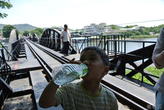 깐짜나부리 여행을 통해 방문한 콰이강의 다리 – 영화 촬영지도로 유명하지만, 일본군이 전쟁을 위해 만들어 낸 이 다리가 지금은 태국의 관광명소로 유명해져