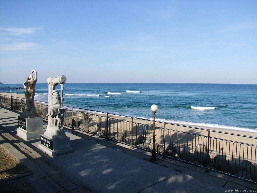 정동진역 안쪽에서 찍은 조형물과 바다 사진