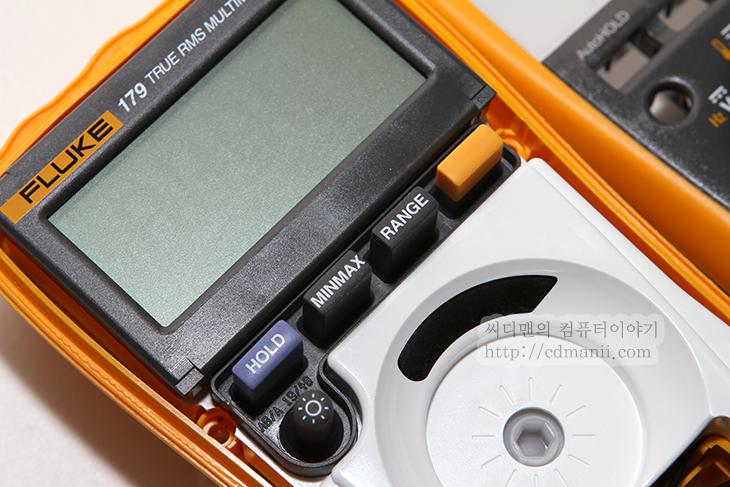 Fluke-179, Fluke179, Fluke 179, Fluke-177, 플루크 멀티메타, 플루크, Fluke, 사용방법, 사용, 후기, 정확도, 보증기간, 10년, LCD, 건전지 교체, 9V, 퓨즈교체, 분해사진, 온도 프루브, 온도 측정, 0.09%, 케이블, 단단함, IT, 제품, 리뷰,Fluke-179 플루크 멀티메타 사용방법 사용 후기  Fluke-179 플루크 멀티메타를 드디어 샀습니다. HIOKI 3244 와 저렴한 멀티메타 2가지를 사용하고 있었는데 저렴한 멀티메타가 퓨즈가 나가버렸기도 하고 HIOKI 3244 로는 전류를 측정하지 못해서 Fluke-117과 Fluke-179를 고민하다가 드디어 질렀네요. Fluke-117 보다 Fluke-179가 더 품질은 좋습니다. 그런데 인터넷 판매가격은 비슷하네요. 컴퓨터의 파워서플라이 전압을 가끔 정확하게 측정해야할 때가 있는데 Fluke-179 플루크 멀티메타는 정확도가 0.09%로 상당히 정확한 편입니다. 게다가 TRUE RMS로 실시간으로 정확한 값을 찾아냅니다. 그리고 거의 평생 보증을 해주는것도 장점이죠. 정확히는 평상은 아니고 판매를 중지하고 난뒤 7년 동안 해준다고 하더군요. 근데 아직도 이전 버전도 계속 생산중이죠. 그래서 새것을 구매한날부터 적어도 10년동안은 워런티를 제공한다고 보면 됩니다. 물론 퓨즈가 나가거나 건전지가 닳거나 임의로 고장난 부분등은 수리가 안되지만 LCD가 나가거나 기타 중요부품이 노후화로 고장나면 지원이 가능한듯하네요.  Fluke-177도 정확도는 0.09% 입니다. 그런데 Fluke-179는 온도측정이 가능 합니다. 사실 이것때문에 이것을 구매하긴 한것인데요. 그런데 좀 아쉬운점이 있네요. 온도센서가 노출되어있고 너무 선이 단단한 편입니다. 철사를 구부리는 그런느낌이 들더군요. 이건 아래에서 설명해보겠습니다.