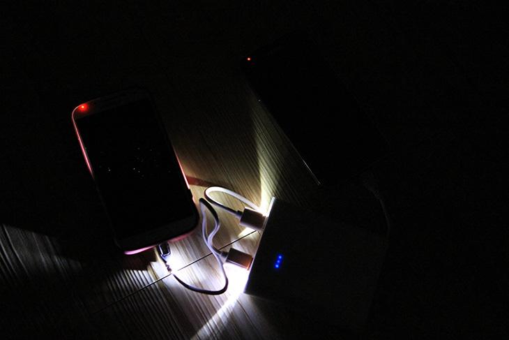 스와컴 SW-10400S II, 충전 빠른 대용량 배터리팩, IT, 대용량 배터리팩, 배터리팩, 스와컴, Swacom, 배터리용량, CANDY, LED, 아이패드미니 충전기, 아이패드미니 배터리팩,스와컴 SW-10400S II 충전 빠른 대용량 배터리팩을 소개 합니다. 10400mAh의 대용량 배터리 인데요. 스마트폰 및 스마트 기기를 많이 사용하면서 이 용량이라는 부분이 계속적으로 증가하고 있습니다. 예전에는 5000mAh도 큰 편이었는데 이제는 스와컴 SW-10400S II 처럼 더 대용량의 배터리팩이 많이 나오고 있습니다. 지금 최대 용량으로는 20000mAh 를 내다 보고 있죠. 그런데 문제는 이렇게 대용량의 배터리팩은 충전 시간이 느리다는 것 입니다. 충전 빠른 대용량 배터리팩을 생각해서 만든 제품이 스와컴 SW-10400S II 입니다.  원리는 간단합니다. 듀얼충전이 되는 배터리팩을 1개의 단자로 꼭 충전할 필요는 없을겁니다. 배터리도 내부적으로 분리가 되어있을테니까요. 충전을 2개의 단자를 통해서 하면 배터리를 충전하는 시간을 평시보다 1/2로 줄일 수 있습니다. 즉 스와컴 SW-10400S II에는 충전단자가 2개나 있습니다. 2A 충전기로 충전을 하되 2개의 충전기로도 충전이 가능하다는 것이죠. 물론 2A 충전기가 1개라면 하나만 연결하고 충전해도 됩니다. 충전시간이 반으로 줄어들게 되니 대용량 배터리팩도 이제 좀 더 기동성이 좋아졌다고 볼 수 있습니다.