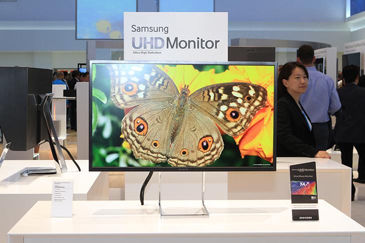 삼성 UHD 모니터, UHD 모니터, 삼성UHD모니터, 삼성UHDMonitor, UHD Monitor, Samsung UHD Monitor, 삼성, IT, 모니터, 리뷰, 후기, 사용기, IFA2013 후기, 4K, 해상도, 3840x2160,삼성 UHD 모니터를 IFA2013이 있는 독일 베를린에 보고 왔습니다. 점점 모니터도 고해상도로 점점 가는군요. 이유를 생각해보면 윈도우 8.1 영향도 있습니다. 사진작업 등에서 2K 4K의 고해상도의 모니터를 사용했지만 삼성 UHD 모니터는 이제 좀 더 쉽게 다가갈 수 있는 4K 모니터의 시작이라고 봅니다. 삼성 UHD 모니터는 31.5인치 4K (3,840 x 2,160) 해상도를 가지고 있으며 AdobeRGB 99% 광색역 지원을 하고 전용 후드를 기본으로 제공하며 물론 피봇도 지원하여 기본 받침대로도 세로로 세워서 사용이 가능 합니다. 후면 디자인도 신경을 써서인지 기본 받침대와 분리는 안되는 타입으로 보입니다. 4개의 USB 포트를 제공하며 (USB 허브) 검은색의 알루미늄 케이스 디자인으로 전문가적인 느낌을 살렸습니다.