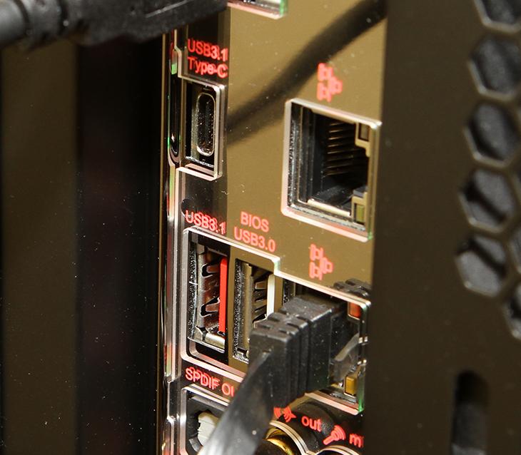 USB 3.1, 외장하드, 엠지텍, 테란 3.1, Coms, Type-C 케이블,IT,IT 제품리뷰,속도가 빠른 보조저장장치에 관심이 많은데요. 특히 USB 저장장치에 관심이 많아서 이번에 실험을 해봅니다. USB 3.1 외장하드 엠지텍 테란 3.1 성능 비교를 해 봤는데요. 제가 사용하는 Z170X-Gaming GT 메인보드는 인텔 썬더볼트3를 지원해서 40Gb/sec의 속도를 지원하죠. USB 3.1 외장하드 엠지텍 테란 3.1 성능 비교를 하기에는 적당한 모델 입니다. 물론 참고하셔야 할 점이 하드디스크로는 USB3.1 속도는 커녕 USB 3.0의 속도도 모두 사용하진 못합니다. 그래서 이번에 테스트에서는 가장 빠른 SSD를 이용해서 속도 테스트를 해봅니다.