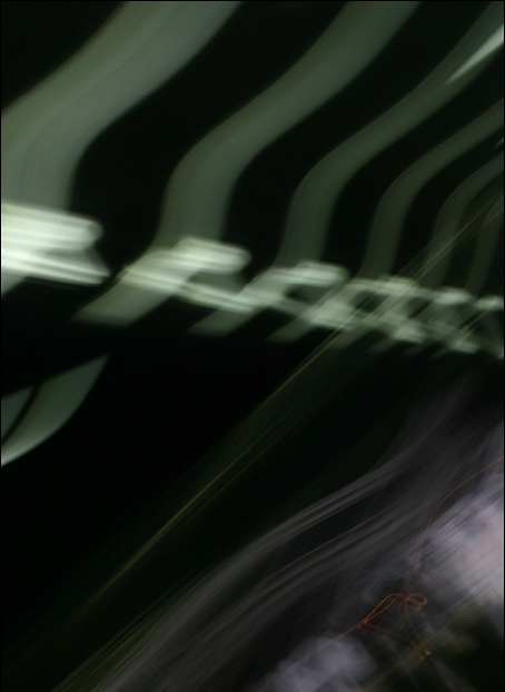 장노출로 촬영되어 지하철역사 형광등 잔영이 추락하듯 담겨있는 사진