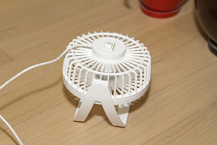 탁상형 ,미니 ,선풍기, M.I FAN, MF-1401, MF-1501E,IT,IT 제품리뷰,인테리어,여름에 무척 유용한 제품을 소개를 합니다. 의자에 붙여놓거나 파티션에 걸쳐 놓아서 사용이 가능 합니다. 탁상형 미니 선풍기 M.I FAN MF-1401 MF-1501E를 사용해서 여름을 시원하게 나는 방법을 소개할 것 인데요. USB 전원을 이용하는 제품으로 컴퓨터나 노트북 또는 배터리팩에도 연결해서 사용이 가능 합니다. 개인적으로는 의자에 손거치대에 집개를 이용해서 고정하는 방법을 권합니다. 탁상형 미니 선풍기 M.I FAN MF-1401 MF-1501E를 이용하면 여름에 선풍기나 에어컨을 이용해도 더운 엉덩이를 시원하게 만들 수 있었습니다.