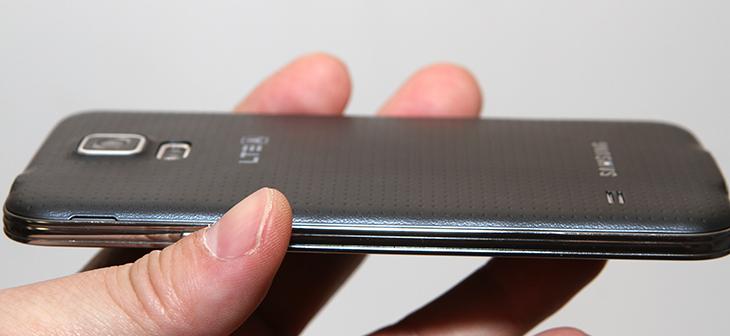 프리디 듀얼무선충전패드 후기, Freedy Dual Wireless Charger,프리디 ,듀얼무선충전패드,프레디,Freedy,듀얼무선충전기,IT,IT 제품리뷰,후기,사용기,프리디 듀얼무선충전패드 후기를 올려봅니다. Freedy Dual Wireless Charger 라는 제품인데요. 갤럭시S5와 같이 생활방수가 되는 타입의 제품들을 사용할 경우 가장 불편한 점이 충전하는 부분입니다. 충전하는 단자 부분을 커버로 막아놓았기 때문인데요. 이럴 때 무선으로 충전하는 프리디 듀얼무선충전패드와 같은 제품을 사용하면 상당히 편리 합니다. 패치를 붙여서 충전을 하는 형태이므로 기존에 사용하던 케이스도 그대로 사용이 가능 합니다. 물론 갤럭시S5의 경우 무선충전키트를 제공하는데요. 근데 그 무선충전 케이스가 꽤 두껍습니다. 그래서 다른 케이스를 쓸 수 없죠. 하지만 Freedy Dual Wireless Charger는 가능합니다. 프리디 듀얼무선충전패드 후기에서는 2개의 장치를 동시에 충전하는 모습을 보여드리겠습니다. 2대를 동시에 충전할 수 있어서 밤에 잠들기 전에 올려놓고 잠들기 딱 좋습니다. 그리고 조금 주의해야할 점도 있는데 그점에 대해서도 아래에서 살펴보도록 하죠.
