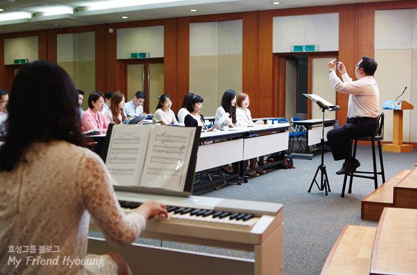 지휘자의 지휘에 맞춰 효성한마음합창단원들이 노래연습을 하고 있다.