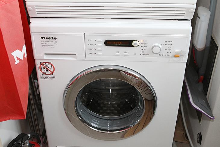 세탁조 청소 ,셀프로 하기, 밀레 세탁기,인테리어,세탁,miele,사용한지 2년이 되어가는 시점이라 이제는 해야겠네요. 구매할때 받았던 것을 쓰기로 했습니다. 세탁조 청소 셀프로 하기 밀레 세탁기 편인데요. 찾아보면 락스로 청소하는 방법도 있더군요. 근데 락스는 금속을 상하게 하므로 그렇게 좋은 방법은 아닙니다. 처음 구매할 때 서비스로 받은 것이 있었는데요. 묵혀두다가 이제 쓰네요. 세탁조 청소 셀프로 하는 방법은 어렵진 않습니다. 그냥 온도 좀 높게 하고 세탁을 좀 길게 하면 됩니다.