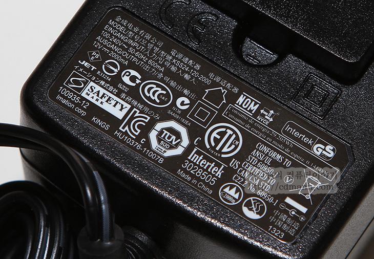 TDK A33 개봉기, TDK A33 디자인, TDK A33 무게, TDK A33 방수, TDK A33 후기, TDK A33, 스피커, 블루투스 스피커, IT, 리뷰, 후기, 사용기,TDK A33 개봉을 해봅니다. 디자인은 사진으로 봤던것과 비슷한데 실제로 써보니 몇 가지 괜찮은 점들이 눈에 띄네요. 아웃도어 스피커라는 점에서 버튼 부분과 단자 부분을 보호해둔 부분도 눈에 띕니다. 그리고 TDK A33을 개봉해보니 전원팁도 여러개 들어있고 여러나라에서 사용할 수 있도록 되어있었습니다. 근데 들고다니기에는 약간 무거운 느낌은 있더군요. 좀 묵직한 느낌입니다. 대신 자주 손으로 만지는 부분은 먼지가 잘 안붙는 고무재질로 되어있었고 단자도 덮개로 덮혀있어서 물방울이 어느정도 튀더라도 정리할 수 있도록 되어있었습니다. 물론 물에 넣으면 안됩니다. 하지만 사방에서 튀는 빗망울 정도에는 문제가 없도록 되어있습니다. 물에 넣어도 되는 스피커들도 있는데 그런 타입은 아닌점이 약간은 아쉽긴 하지만 부피가 작다는 점은 괜찮긴 했습니다.