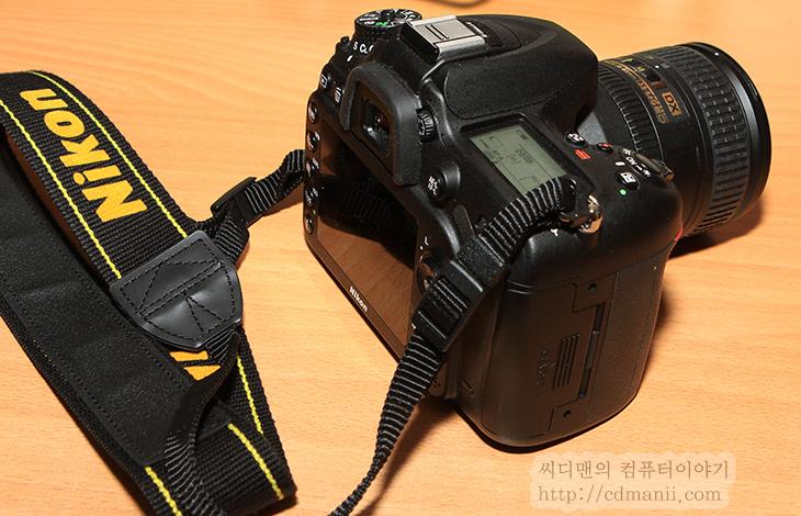 니콘 D7100, 니콘 D7100 사용기, 장점, 단점, 니콘 D7100 단점, 니콘 D7100 장점, IT, 카메라, 사진,니콘 D7100 사용을 해보면서 편했던 장점과 아쉬웠던 단점에 대해서 이야기를 해볼까 합니다. 물론 약간은 주관적인 내용이 될듯하긴 한데요. Dslr은 한번 어떤것을 선택하느냐에 따라서 사용자가 익숙해지는 방향이 달라서 나중에는 다른것을 잘 못쓸정도가 될수도 있죠. 니콘 D7100 사용시에도 그럴수 있겠다고 느낀적이 있는데요. 실제로 스마트폰도 어떤것에 익숙해져 있다가 갑자기 완전히 다른 인터페이스의 스마트폰을 쓰면 버튼이 없는데 누르고 있거나 하면서 햇갈릴 수 있죠. 물론 렌즈가 얼마나 많느냐에 따라서도 새로 구매하는 바디도 결정이 나기도 하겠지만요.  니콘 D7100을 처음 켤 때 촬영버튼과 전원온/오프 스위치가 한곳에 같이 있습니다. 즉 처음에 전원을 켤 때에는 급하면 한손으로도 바로 전원을 켜고 바로 촬영이 가능 합니다. 물론 안전하게 두손으로 파지하는게 좋겠지만요. 한손으로 조작이 된다는 점은 괜찮은데요. 다만 니콘 바디 경우 실제 활용시에는 왼쪽에 조작다이얼이 합쳐진게 많아서 두손을 자주 사용하게끔 되어 있습니다. 처음에는 연사나 단사 부분 설정 바꾸는 부분이 익숙하진 않았습니다. 다만 실제로 사용시에는 연사를 아주 많아 사용하고 하진 않게 되더군요. 보통은 단사로 충분해서 이부분이 크게 불편하거나 할 정도는 아니었습니다. 물론 상위 바디의 경우에는 버튼을 누르는 상태로 오른쪽의 다이얼 돌려서 설정을 변경할 수 있도록 조금 더 편하게 되어있긴 합니다.  요즘 디카의 경우 고ISO에서의 노이즈 부분은 물론 발색 부분도 잘 잡아주더군요. 저조도에서도 왠만하면 ISO를 올려서 그부분이 커버가 되버립니다.