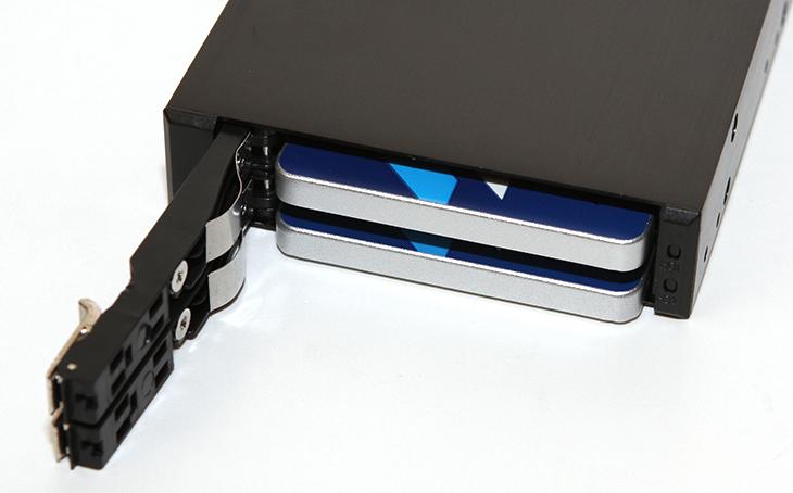 노팬 ST-2223SATA BAY 후기, 핫스왑 듀얼베이,핫스왑,듀얼베이,노팬,NOFAN,ST-2223SATA,IT,IT 제품리뷰,IT제품리뷰,후기,사용기,SSD,듀얼SSD,RAID,노팬 ST-2223SATA BAY 후기 올려봅니다. 핫스왑 듀얼베이 인데요. 3.5형 하드디스크가 들어가는 작은 공간에 2개의 2.5형 장치를 넣을 수 있는 베이 입니다. 5.25인치 베이에 장착할 수 도 있고 또는 3.5형 하드디스크를 장착하는 공간에 장착할 수 도 있습니다. 노팬 ST-2223SATA BAY 는 자주 SSD나 HDD를 장착했다가 분리하는 분들에게 어울리는 제품 입니다. 별도의 트레이를 장착하지 않아도 하드디스크나 SSD를 장착할 수 있게 되어있어서 편리합니다. 컴퓨터를 자주 뜯어야 하는 번거로움도 없애주는 제품이죠. 그리고 미니 컴퓨터를 만들고 소음이 전혀 없도록 만드는 PC에서도 활용될 수 있는 제품 입니다. 제 경우에는 5.25인치 베이에도 장착해보고 3.5인치 하드디스크를 장착하는 베이에도 꽂아봤는데요. 저처럼 자주 SSD를 장착하고 분리하는 사람에게는 딱인 제품 입니다.노팬 ST-2223SATA BAY는 핫스왑을 지원하며, 별도의 레이드 컨트롤러를 장착한 분들에게는 케이블 연결을 통해서 레이드 상태를 확인할 수 있습니다. 참고로 노팬의 듀얼베이 제품이 자체적으로 RAID를 구현하진 못합니다.