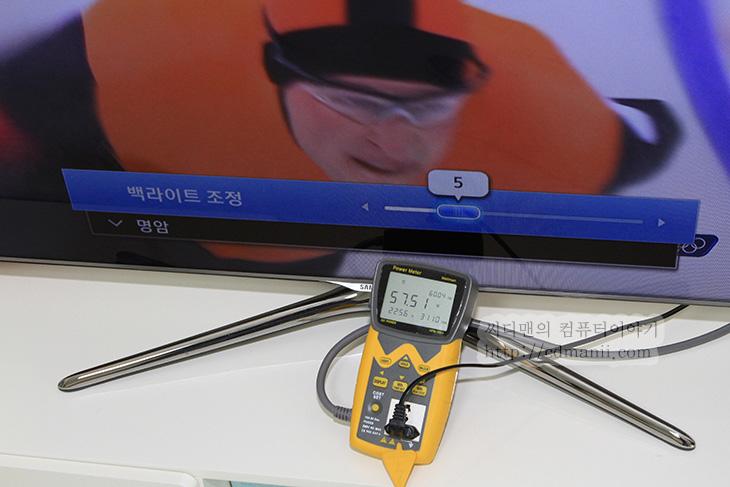 삼성 스마트TV 전력소모량, 삼성 스마트TV 전력소비, 삼성 전력소비, IT, 상식, 백라이트 조절, 백라이트 조정, 명암, 밝기, 컴퓨터 모니터, 삼성 스마트TV 전력소모량 줄이는 방법을 알아보도록 하겠습니다. 이전에 컴퓨터 모니터의 소비전력을 줄이는 방법을 알려드린적이 있는데요. 컴퓨터 모니터의 경우에는 밝기를 조절하면 줄일 수 있습니다. 그런데 TV의 경우에는 좀 다르더군요. 삼성 스마트TV 전력소모량 줄이는 방법은 백라이트 조정을 손보는 것 입니다. TV처럼 큰 화면을 가진 디스플레이 경우 백라이트에서 소모하는 전력소모량이 많은데요. 이것의 밝기가 올라간다면 보다 많은 전력소모량을 쓰게 됩니다. 밝기와 명암은 조절해도 큰 도움은 되지 않습니다.  TV를 쓰시는 분들은 백라이트를 조절해보새요. 눈으로 볼 때 불편하지 않을 정도로 조금 줄여서 사용하면 전력소모량을 많이 줄 일 수 있습니다. 테스트 상으로는 46인치 TV 경우 백라이트를 최대로 올렸을 때에는 110W 정도의 전력소모량을 보여줬습니다. 백라이트 수치를 중간으로 줄이면 73W 정도를 소모하더군요. 이 글에서는 실제로 백라이트를 0부터 20까지 조절 시 얼마만큼의 전력소모량을 보여주는지 보여드릴 것 입니다. 그리고 어느정도 밝기가 적당한지 결론도 내어보도록 하죠.  전기요금이 많이 나와서 걱정인 분들 꼭 아래 글을 자세히 읽어보세요.