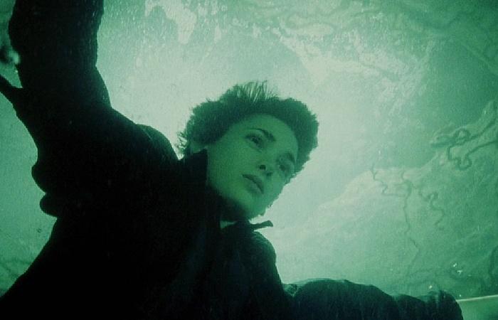사진: 1990년대에 청춘의 꽃으로 인기를 받았던 위노나 라이더가 안드로이드역할로 출연했다. 지구를 위해 투쟁하는 로봇 역할을 했다. [에이리언4와 시리즈 결말의 해석]